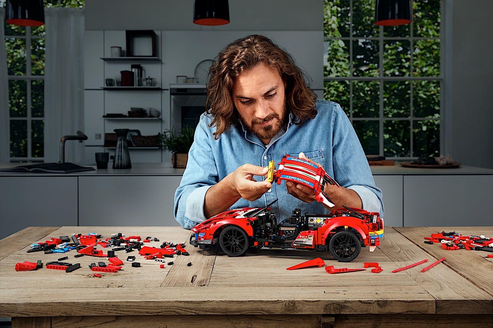 Lego-Technic-Ferrari-488-GTE-AF-Corse-51-11