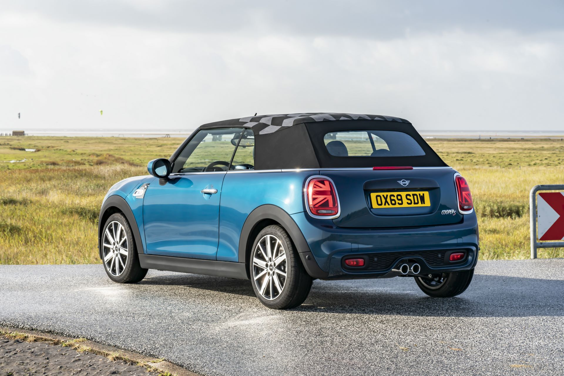 MINI-Convertible-Sidewalk-9