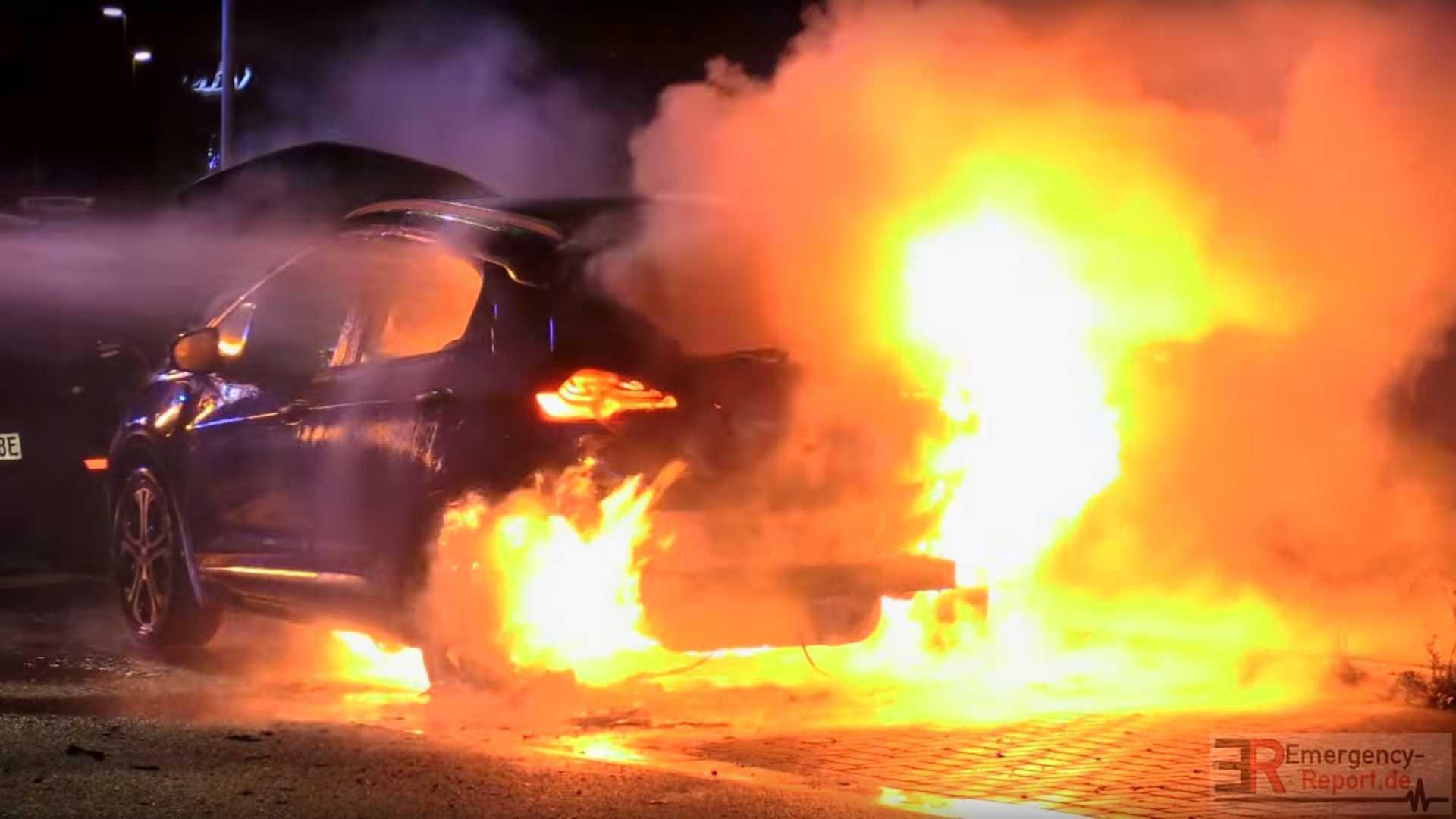 Opel_Ampera_e_fire_0000
