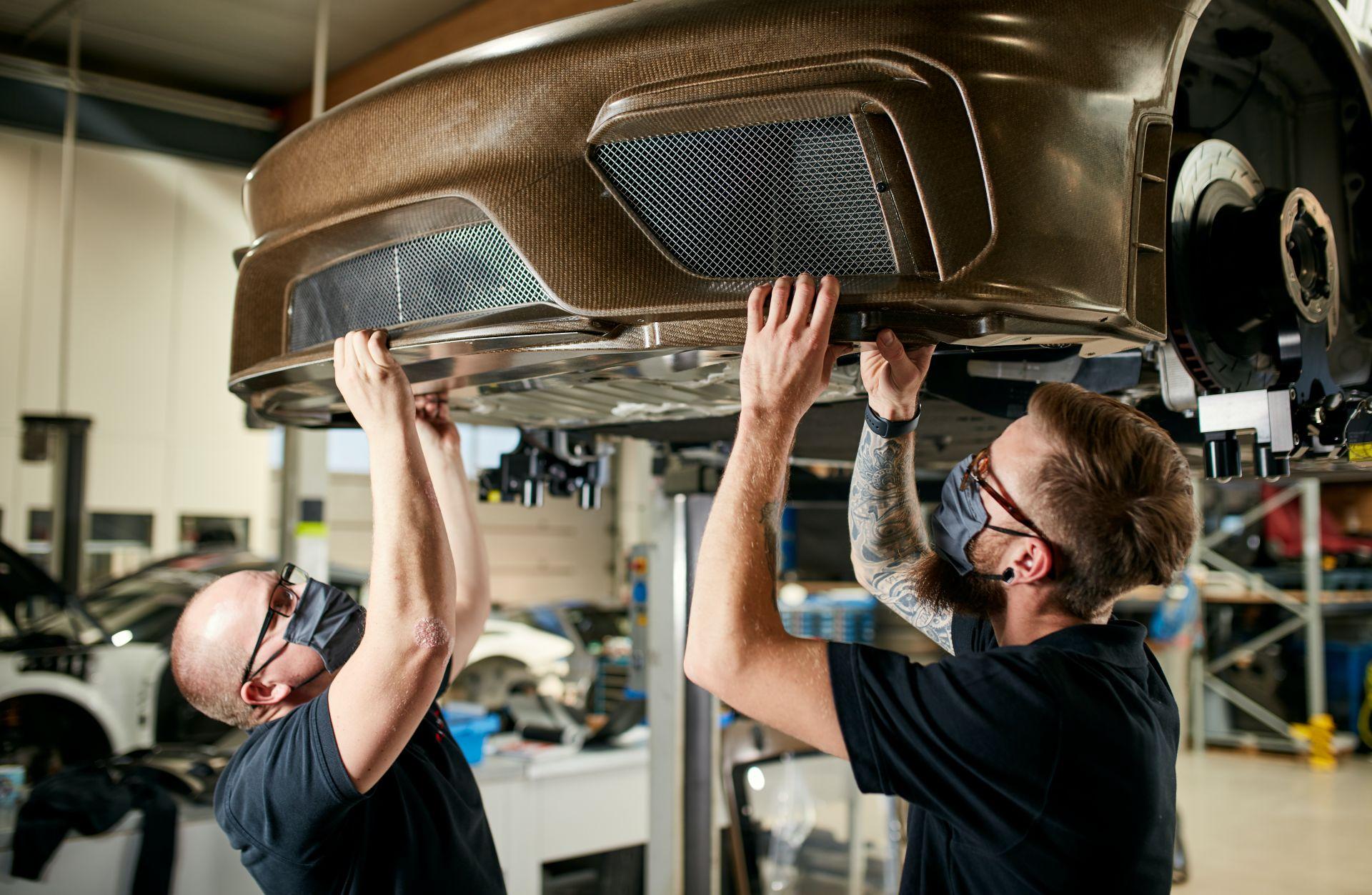 Porsche-718-Cayman-GT4-MR-natural-fiber-bodykit-10