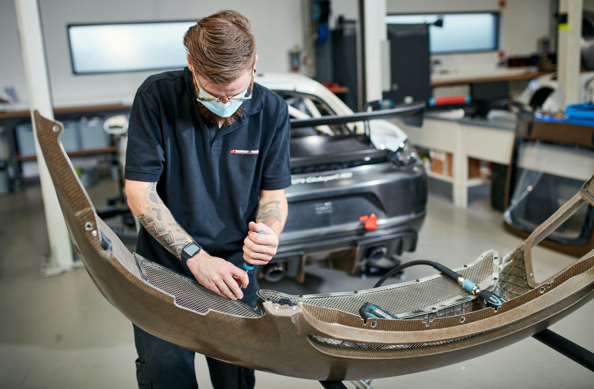 Porsche-718-Cayman-GT4-MR-natural-fiber-bodykit-14
