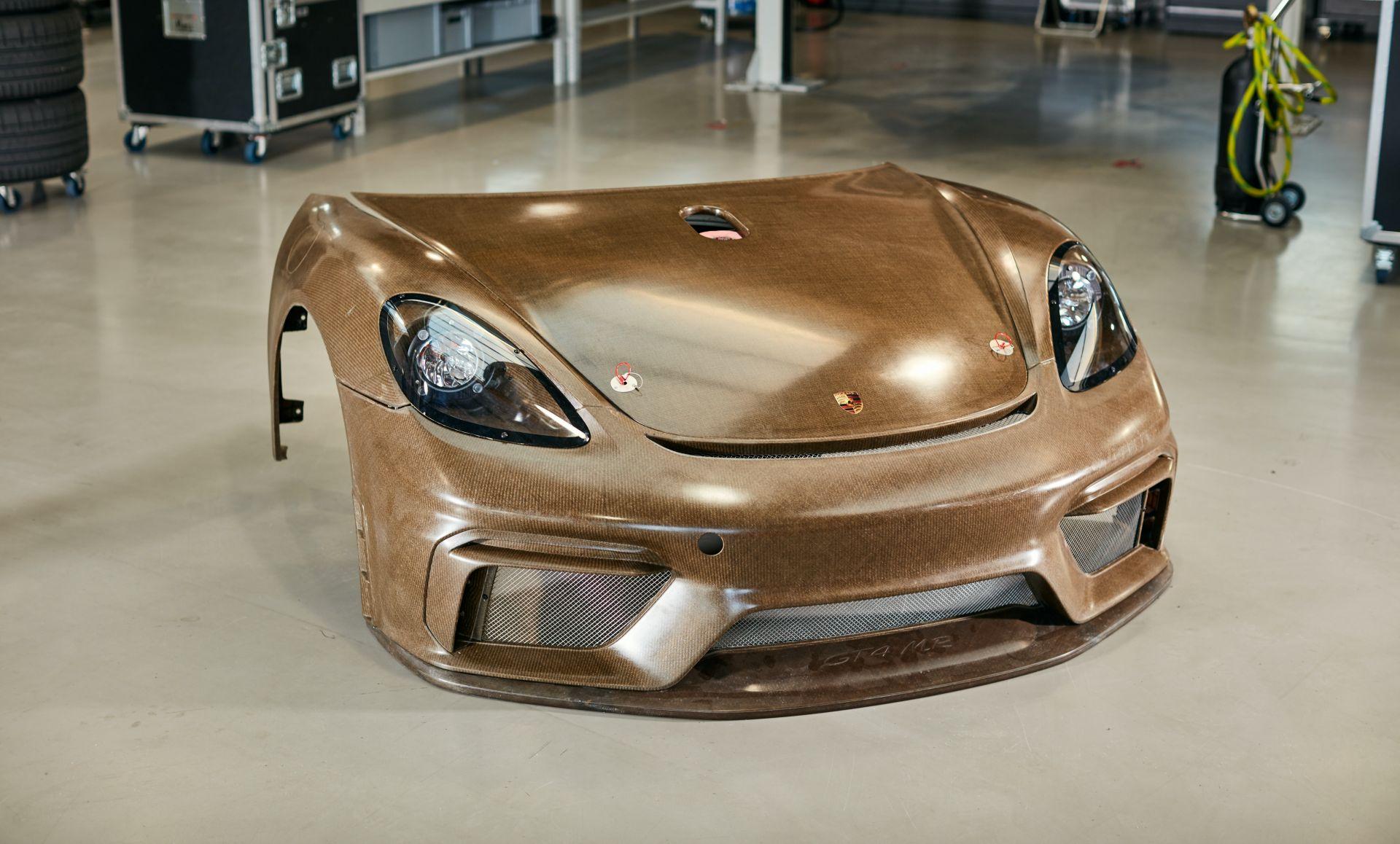 Porsche-718-Cayman-GT4-MR-natural-fiber-bodykit-8