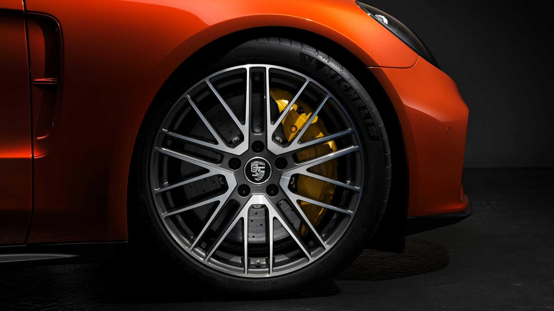 porsche-panamera-turbo-s-2021-vorderrad-mit-bremssattel-detail