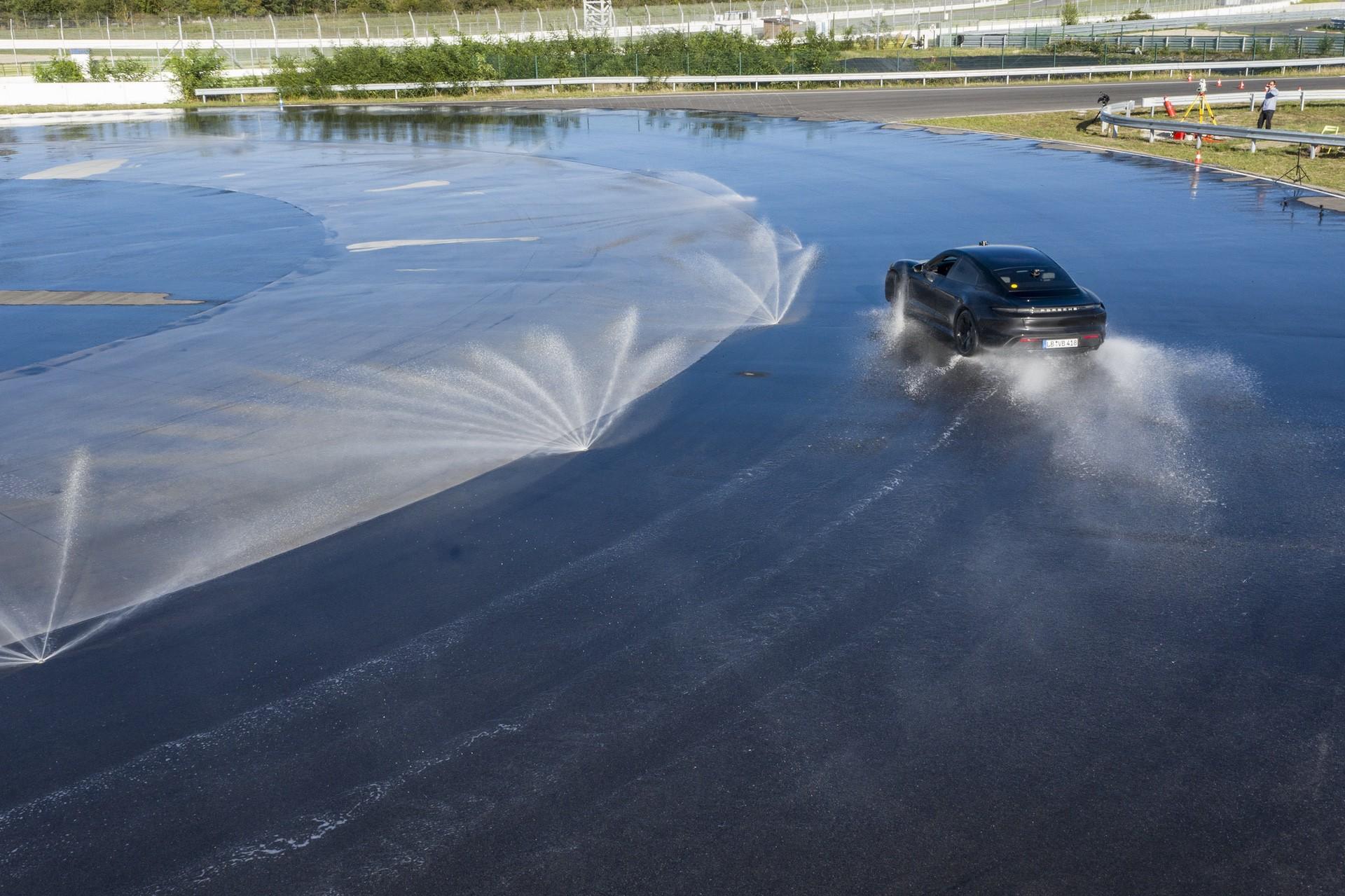Porsche_Taycan_drifts_Guinness_0001