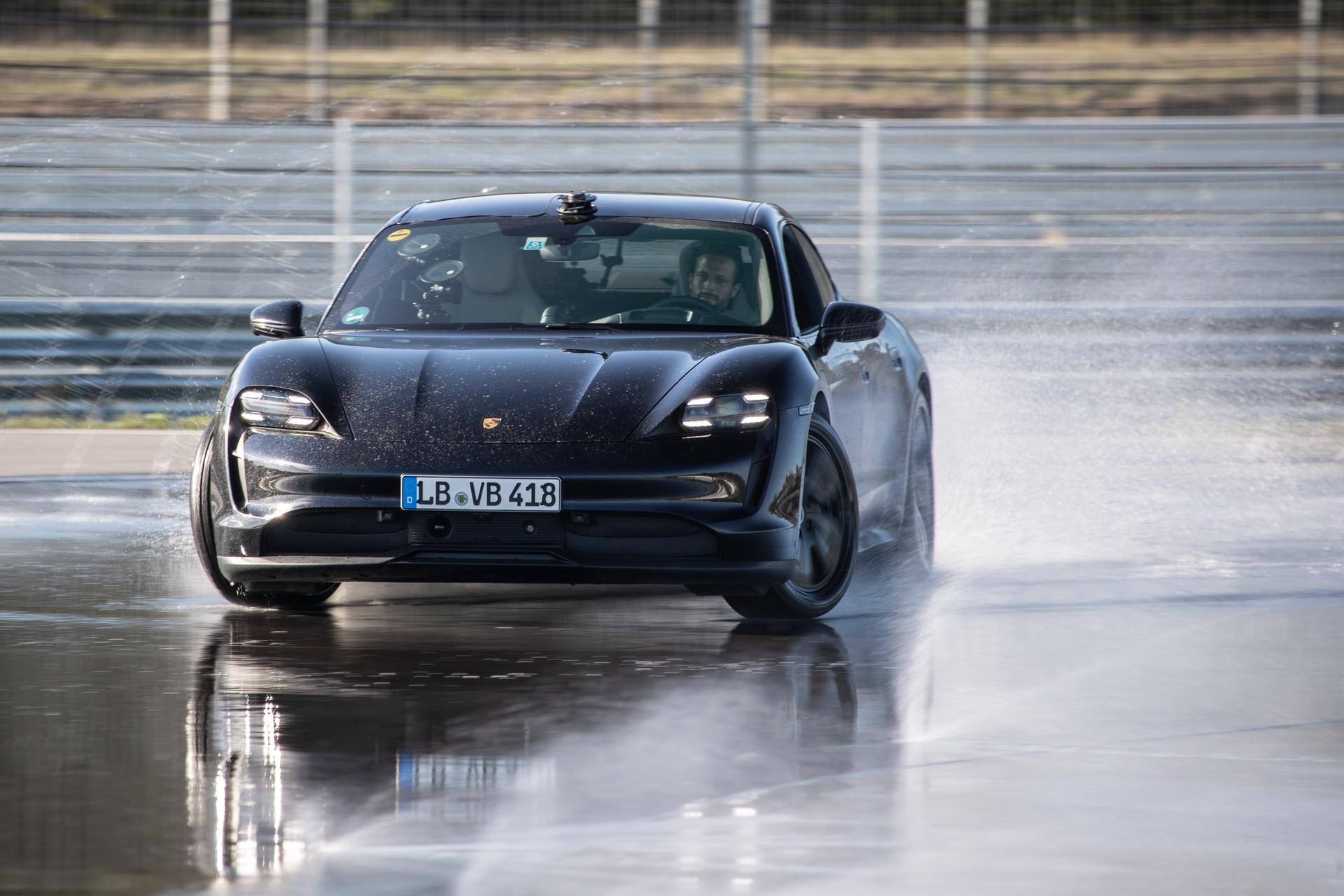 Porsche_Taycan_drifts_Guinness_0002