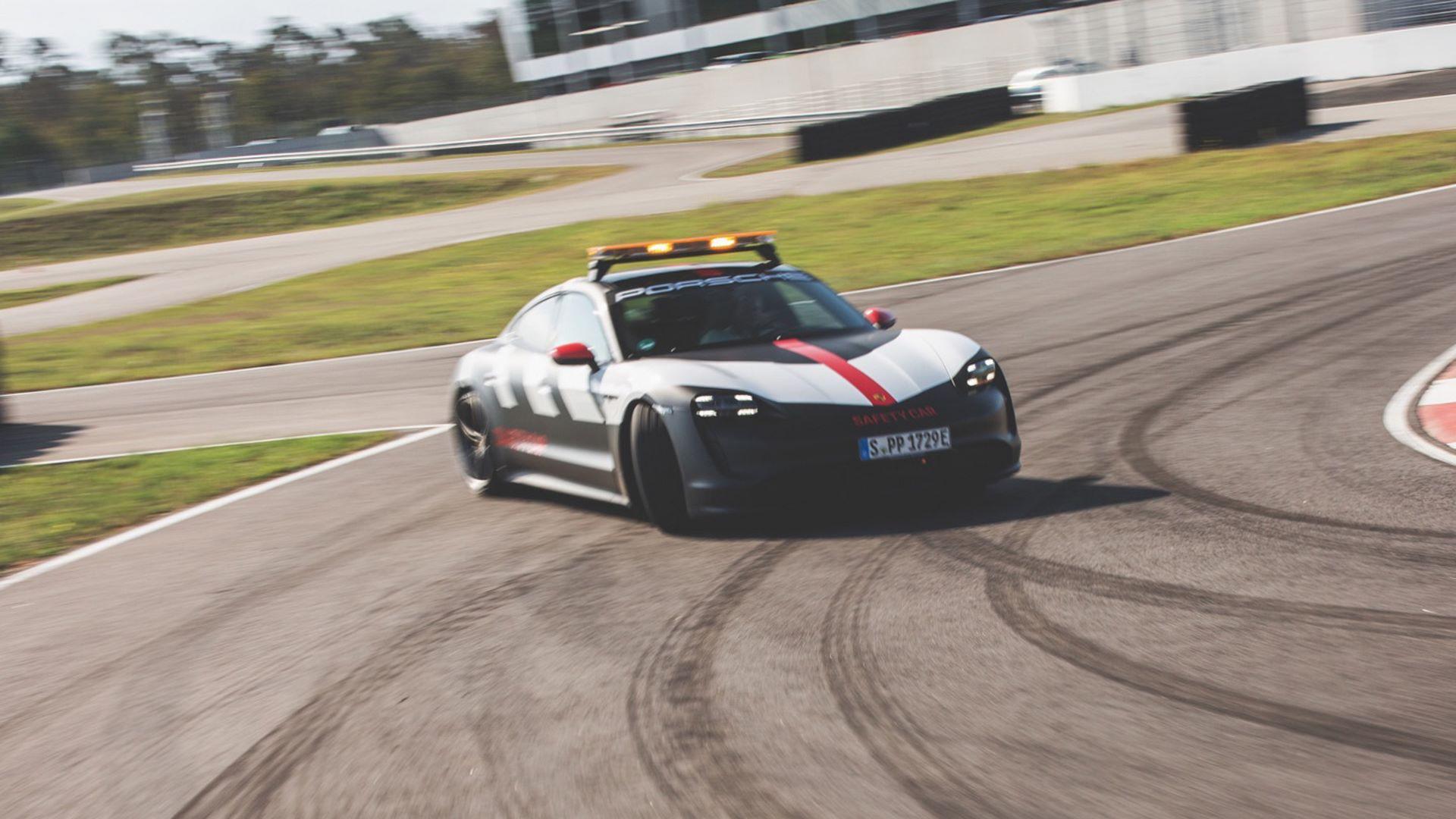 Porsche-Taycan-Turbo-safety-car-Le-Mans-2020-1