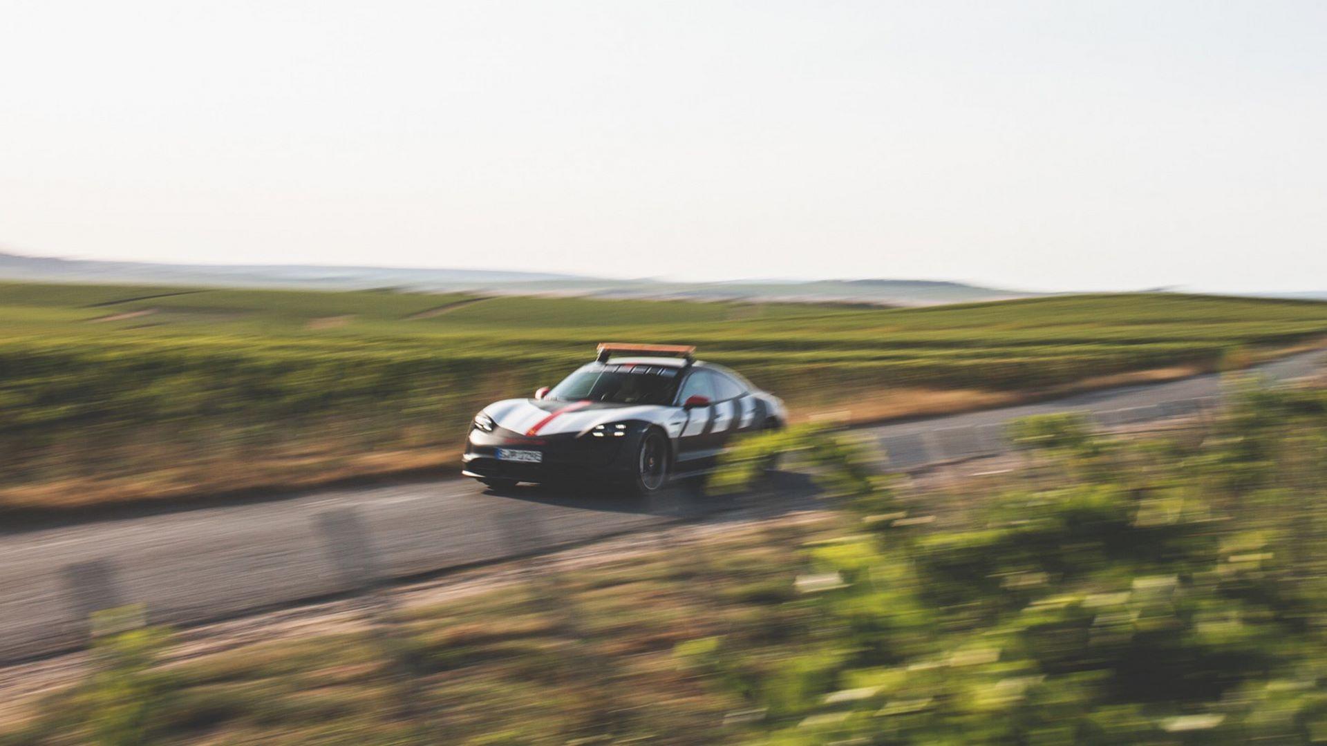 Porsche-Taycan-Turbo-safety-car-Le-Mans-2020-12