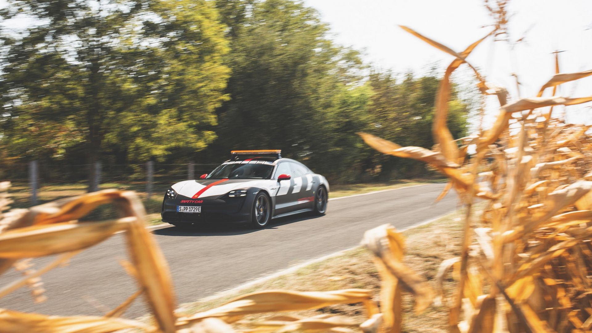 Porsche-Taycan-Turbo-safety-car-Le-Mans-2020-13