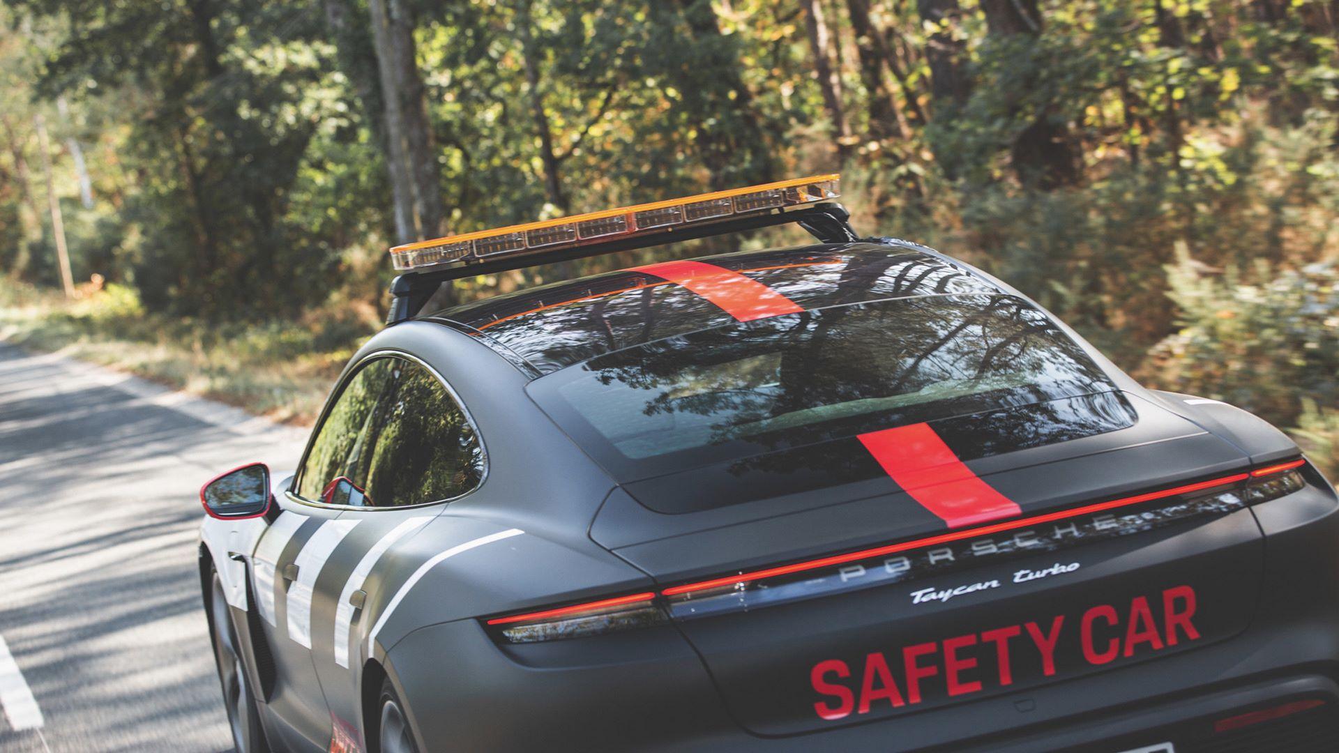 Porsche-Taycan-Turbo-safety-car-Le-Mans-2020-14