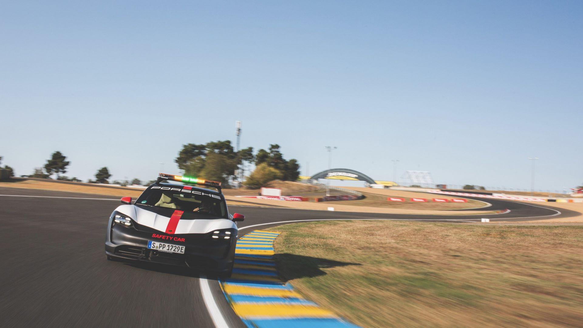 Porsche-Taycan-Turbo-safety-car-Le-Mans-2020-17