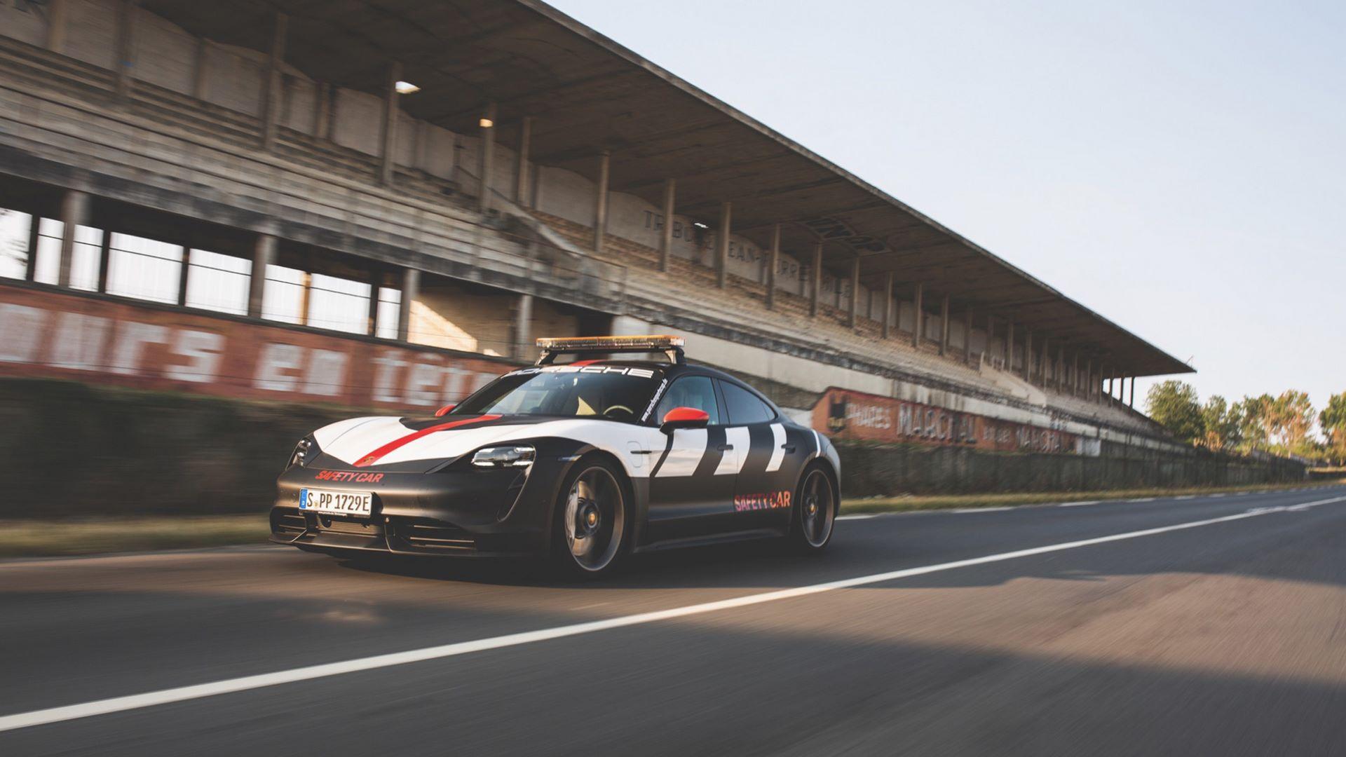 Porsche-Taycan-Turbo-safety-car-Le-Mans-2020-3