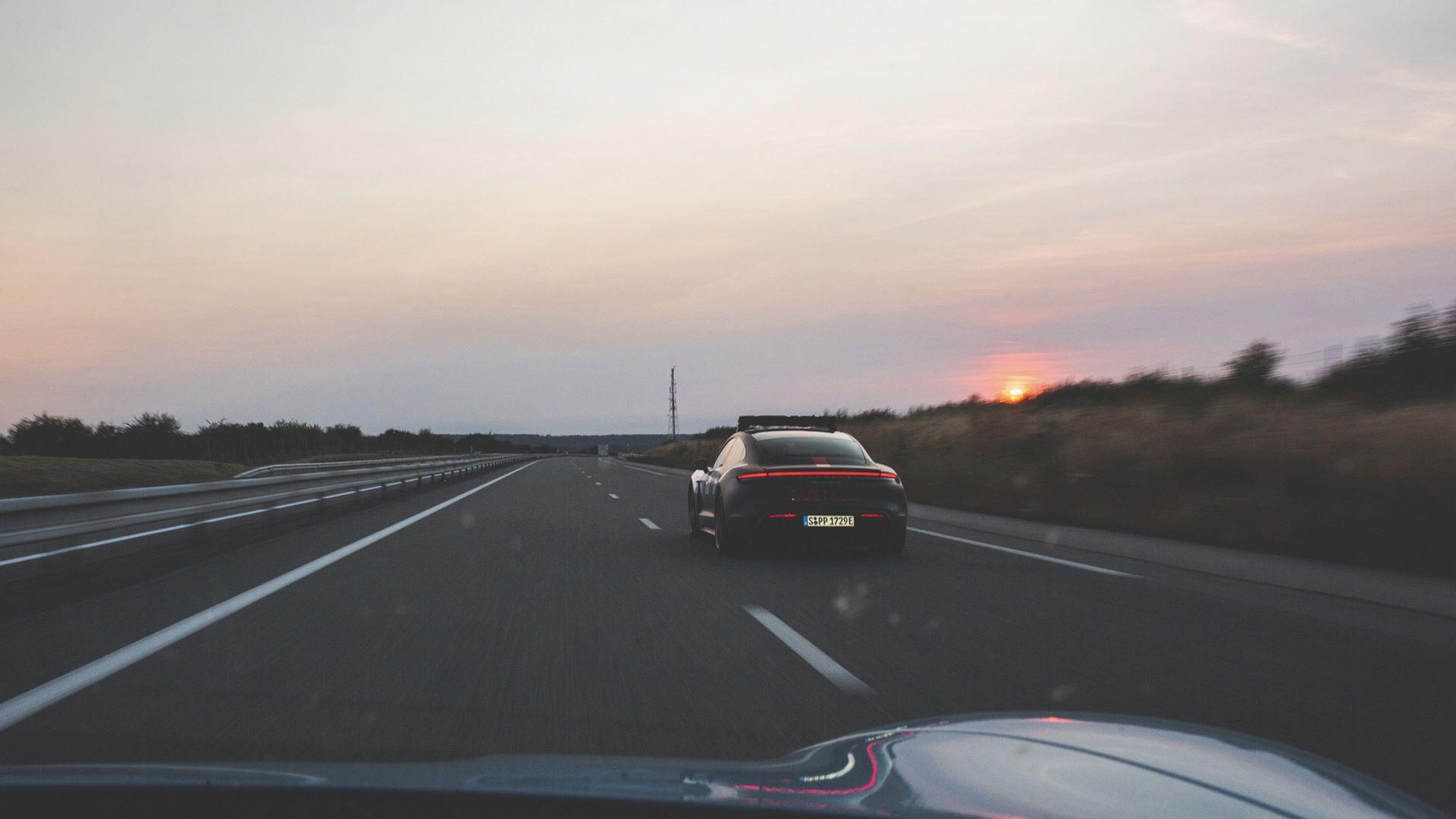 Porsche-Taycan-Turbo-safety-car-Le-Mans-2020-4