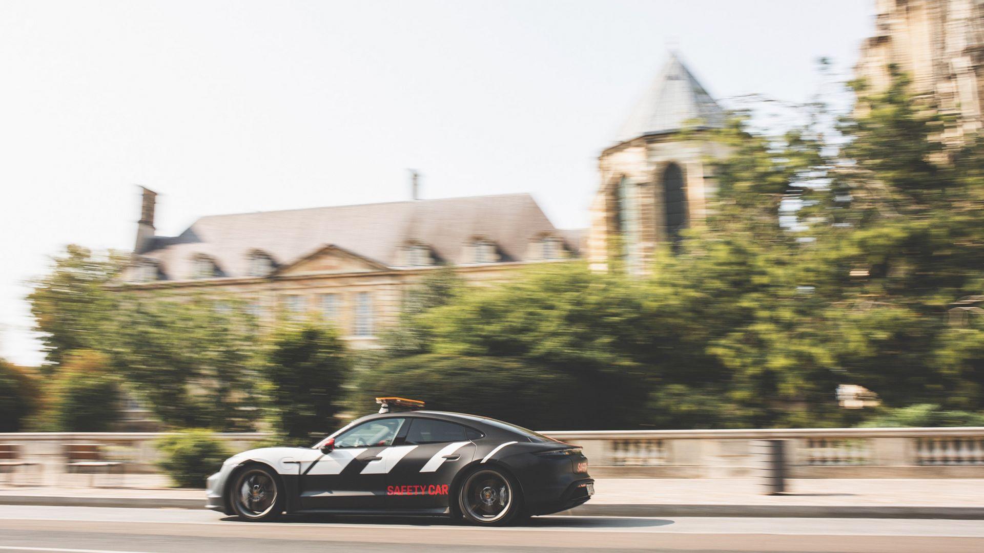 Porsche-Taycan-Turbo-safety-car-Le-Mans-2020-6