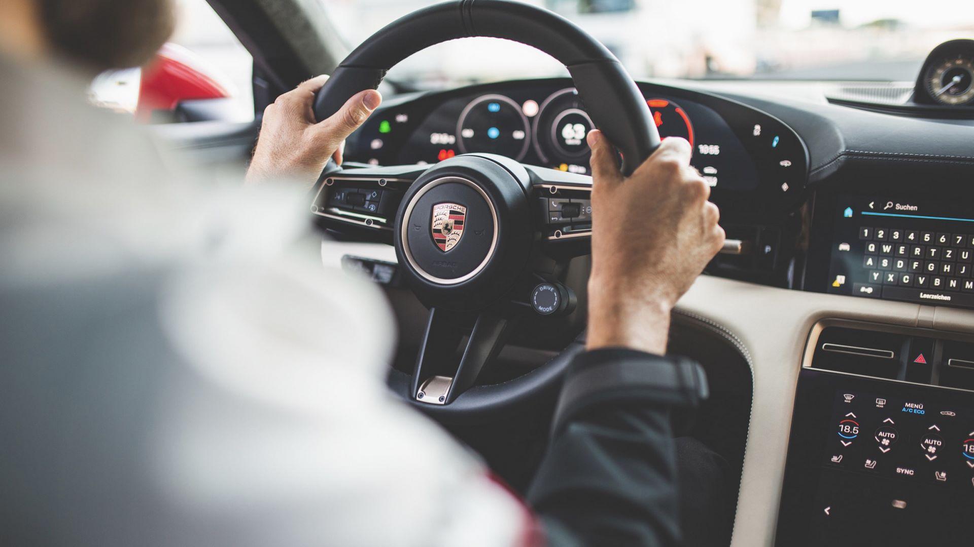 Porsche-Taycan-Turbo-safety-car-Le-Mans-2020-7