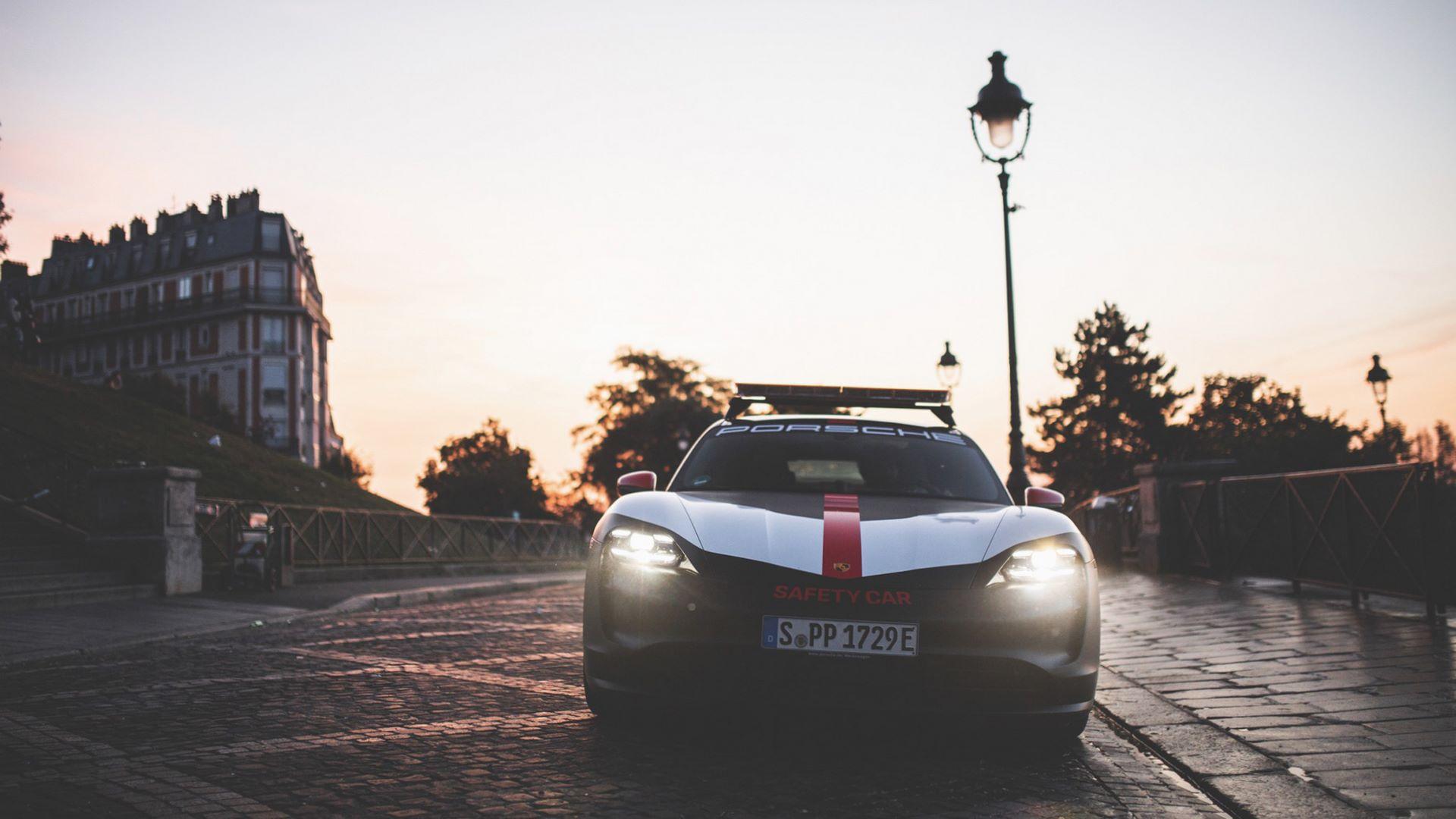 Porsche-Taycan-Turbo-safety-car-Le-Mans-2020-8