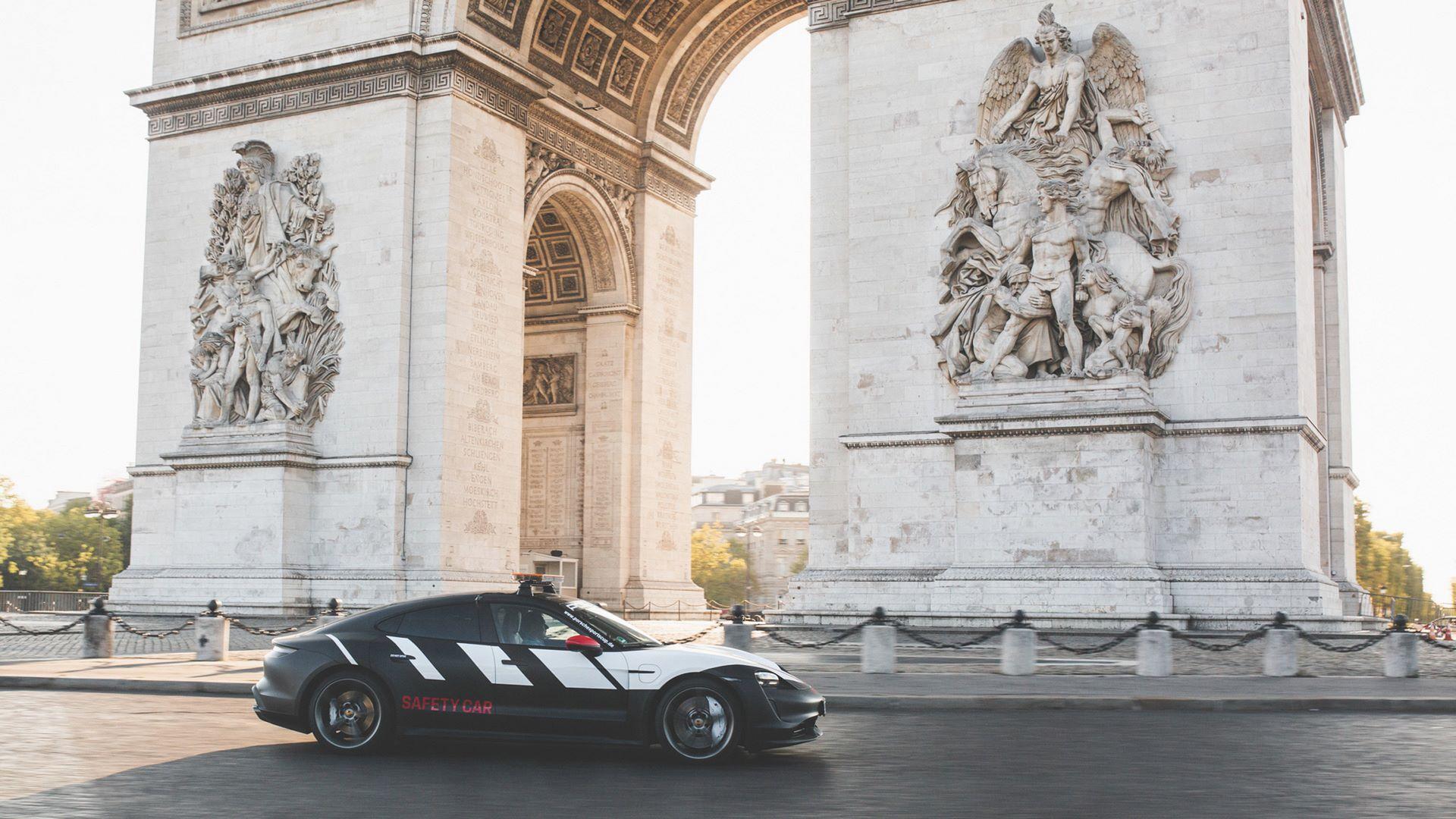 Porsche-Taycan-Turbo-safety-car-Le-Mans-2020-9