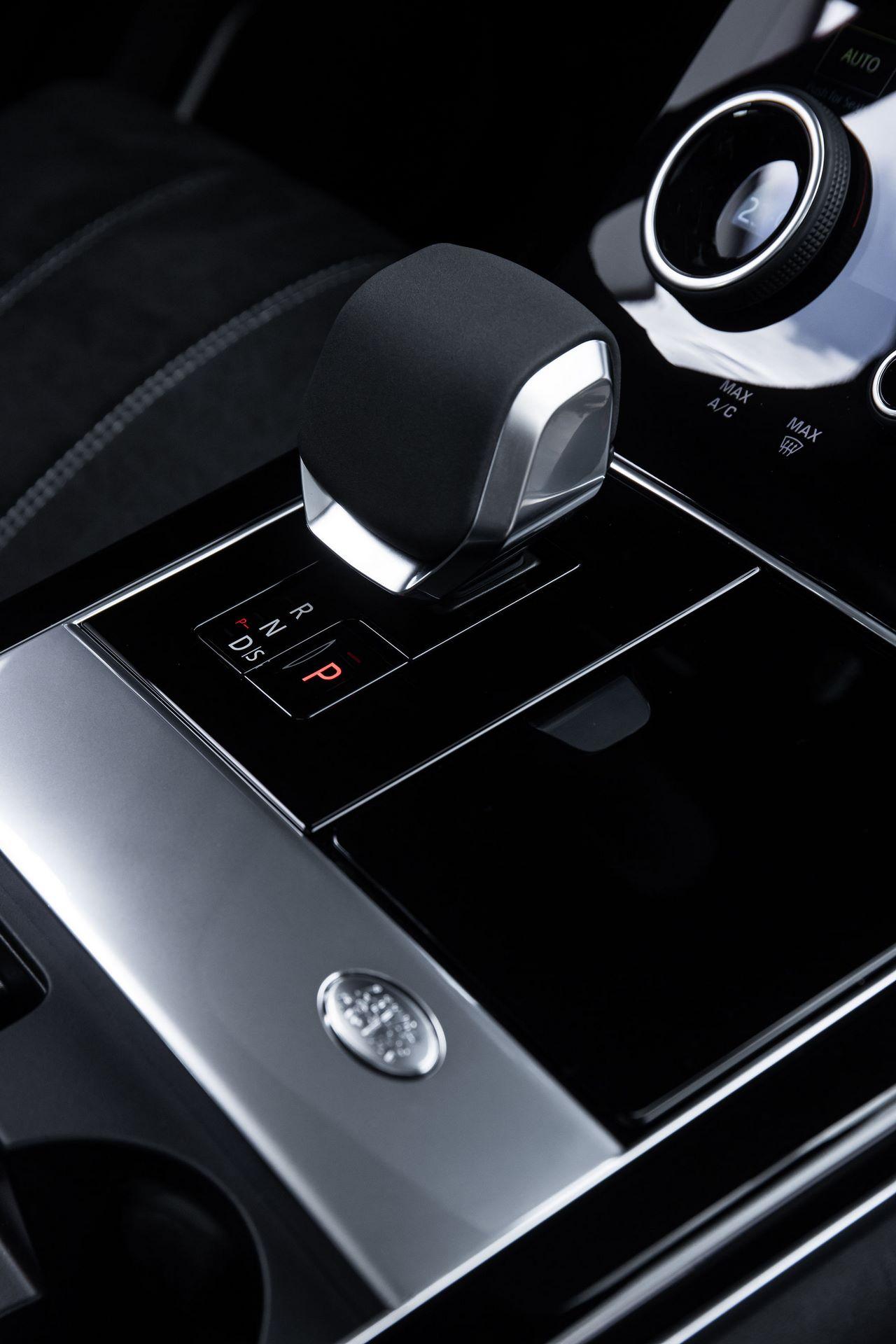 Range-Rover-Velar-2021-47