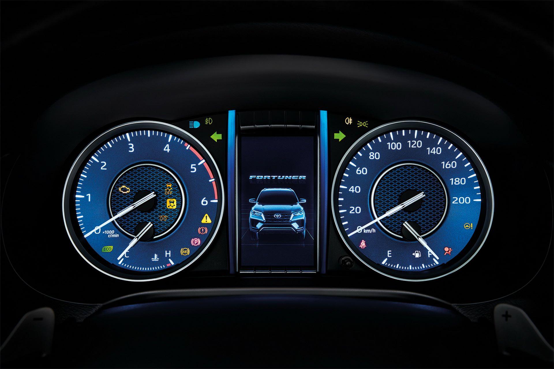 Toyota-Fortuner-2020-25