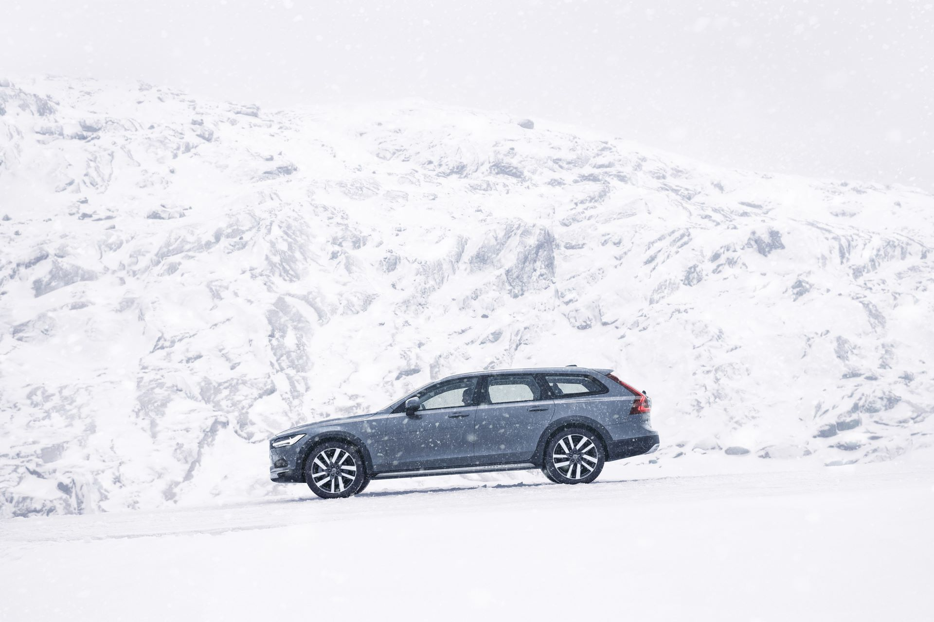 The refreshed Volvo V90 Cross Country Recharge T8 plug-in hybrid in Thunder Grey