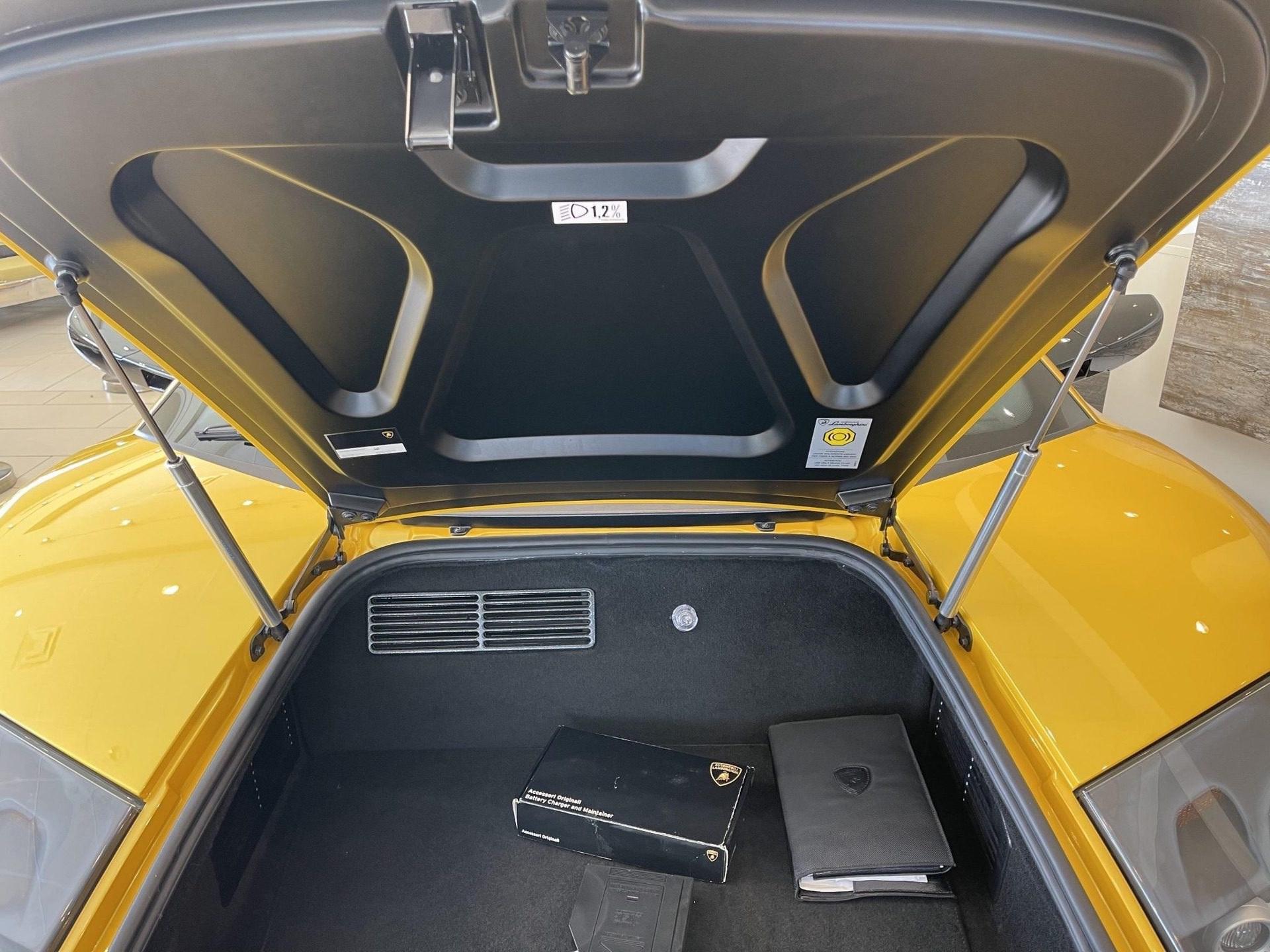 2003_Lamborghini_Murcielago_manual_0056