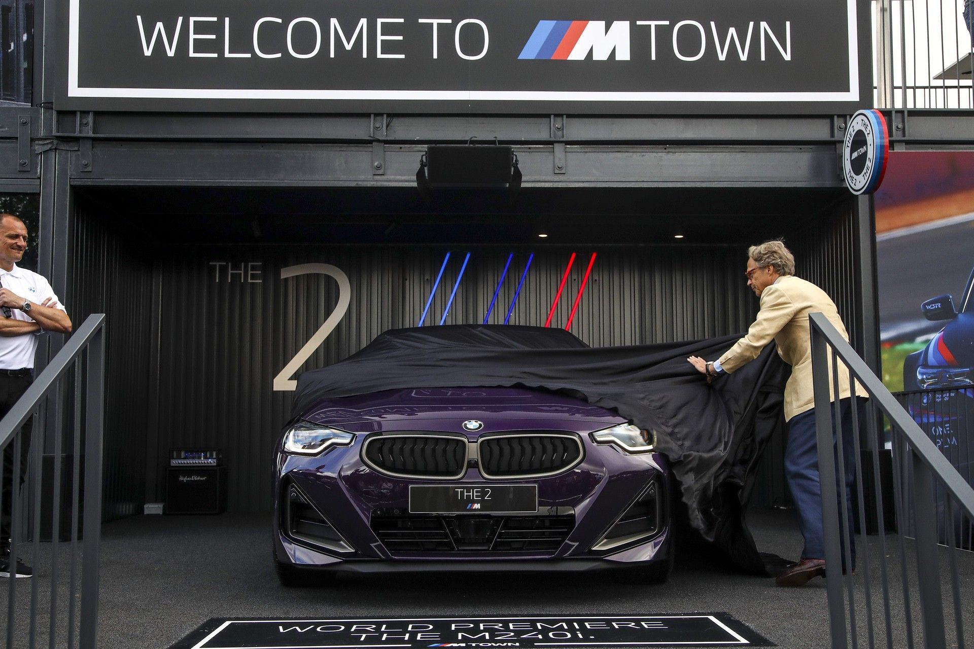 P90429804_highRes_the-all-new-bmw-2-se