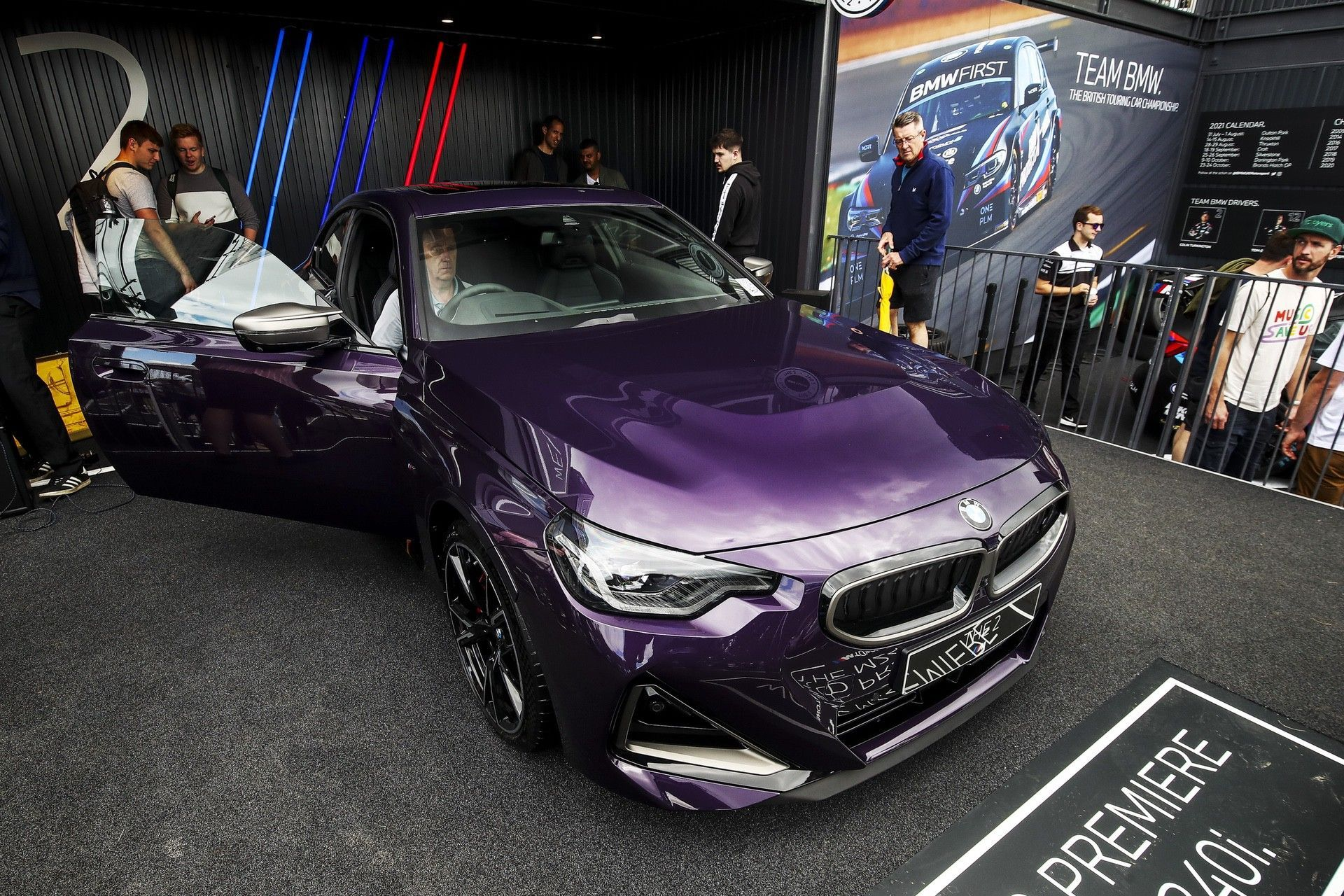 P90429820_highRes_the-all-new-bmw-2-se