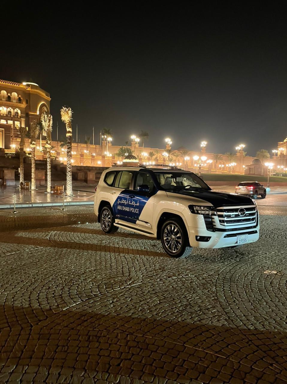 Dubai_Abu-Dhabi_police_Land_Cruiser-0004