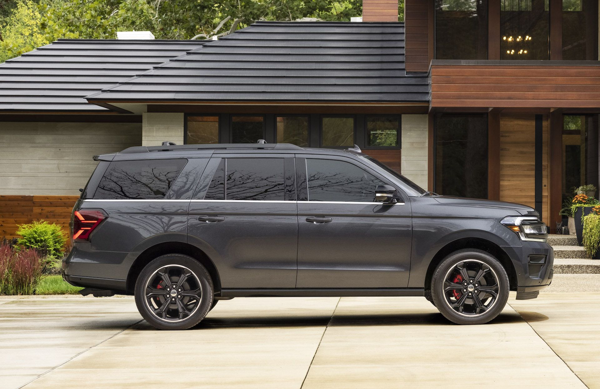 2022-Ford-Expedition-Stealth-00009-1