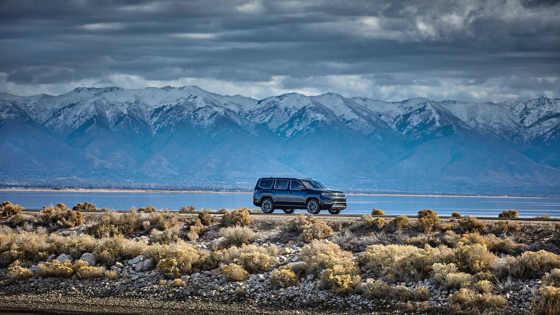 2022-jeep-grand-wagoneer-exterior-front-quarter-5