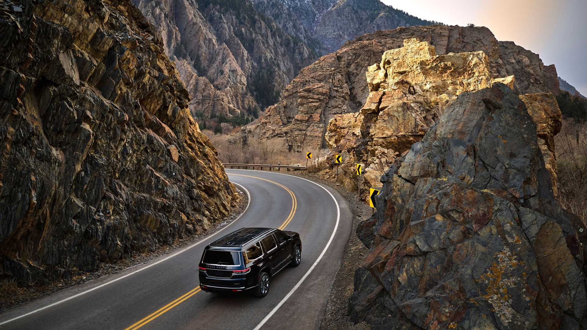 2022-jeep-grand-wagoneer-exterior-rear-quarter-2
