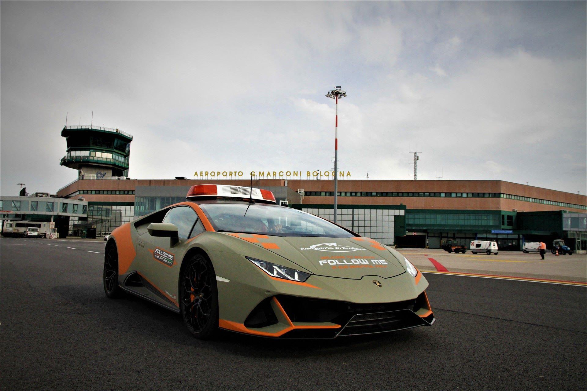 Lamborghini-Huracan-Evo-Follow-Me-bologna-airport-2021-10