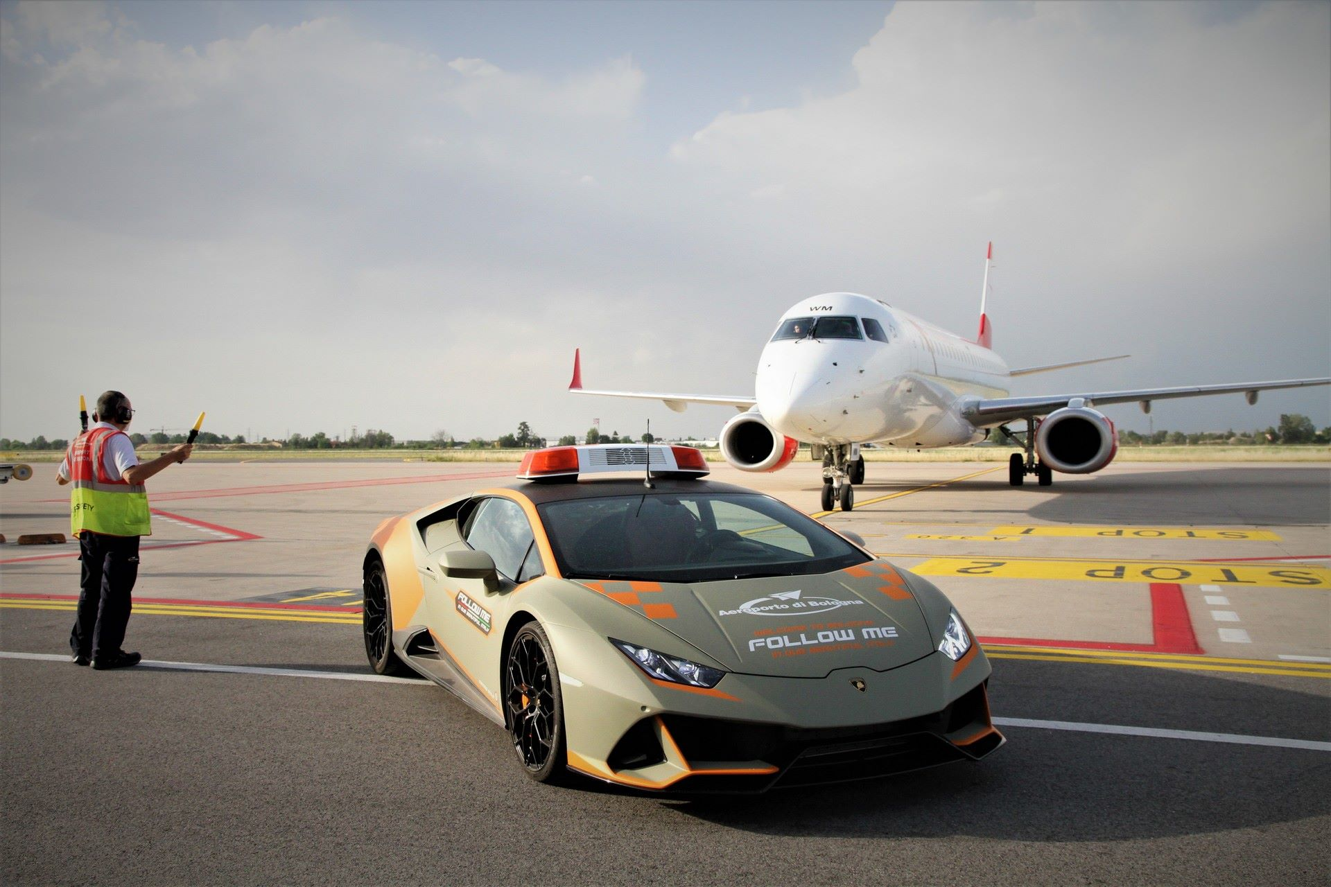 Lamborghini-Huracan-Evo-Follow-Me-bologna-airport-2021-11