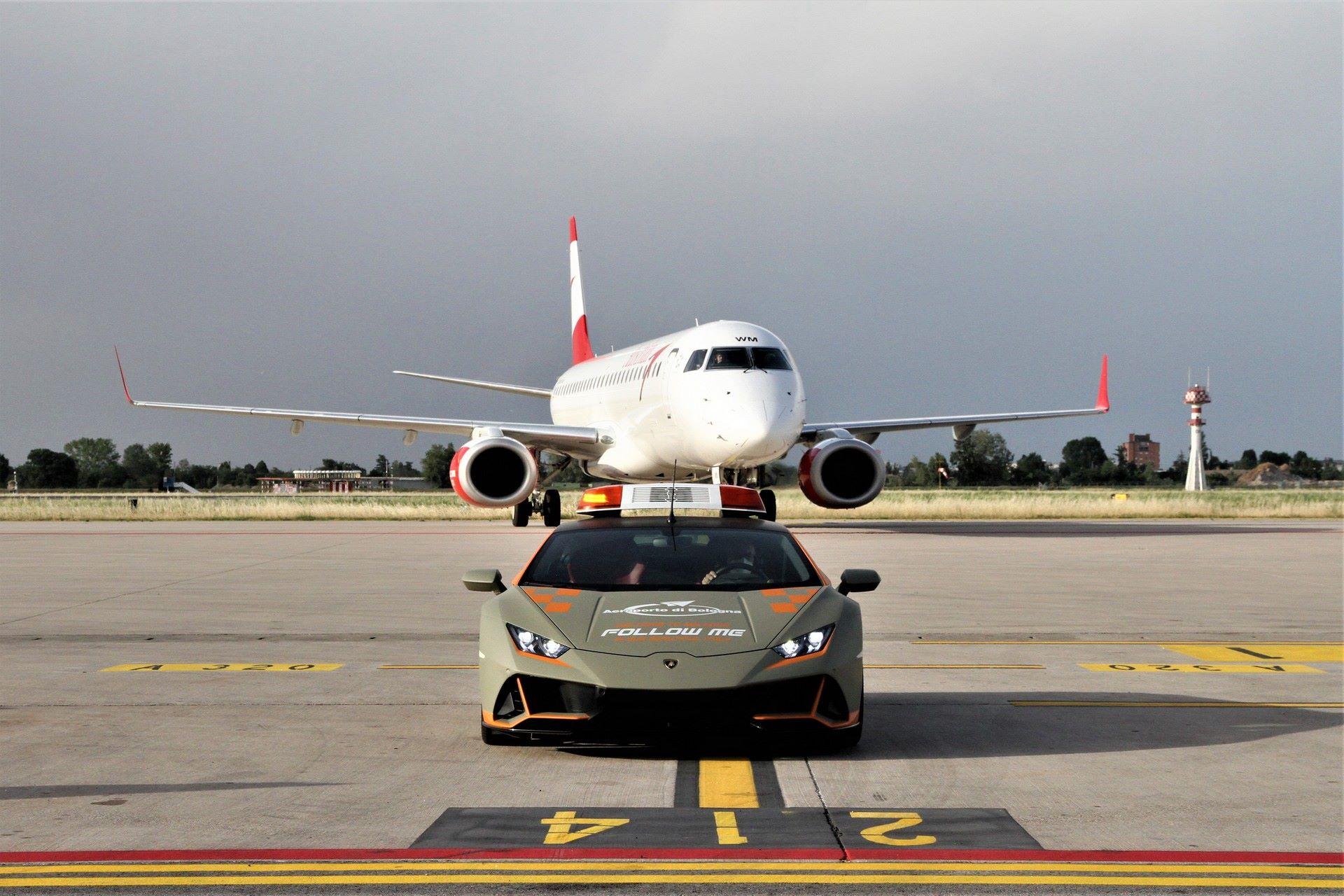 Lamborghini-Huracan-Evo-Follow-Me-bologna-airport-2021-12
