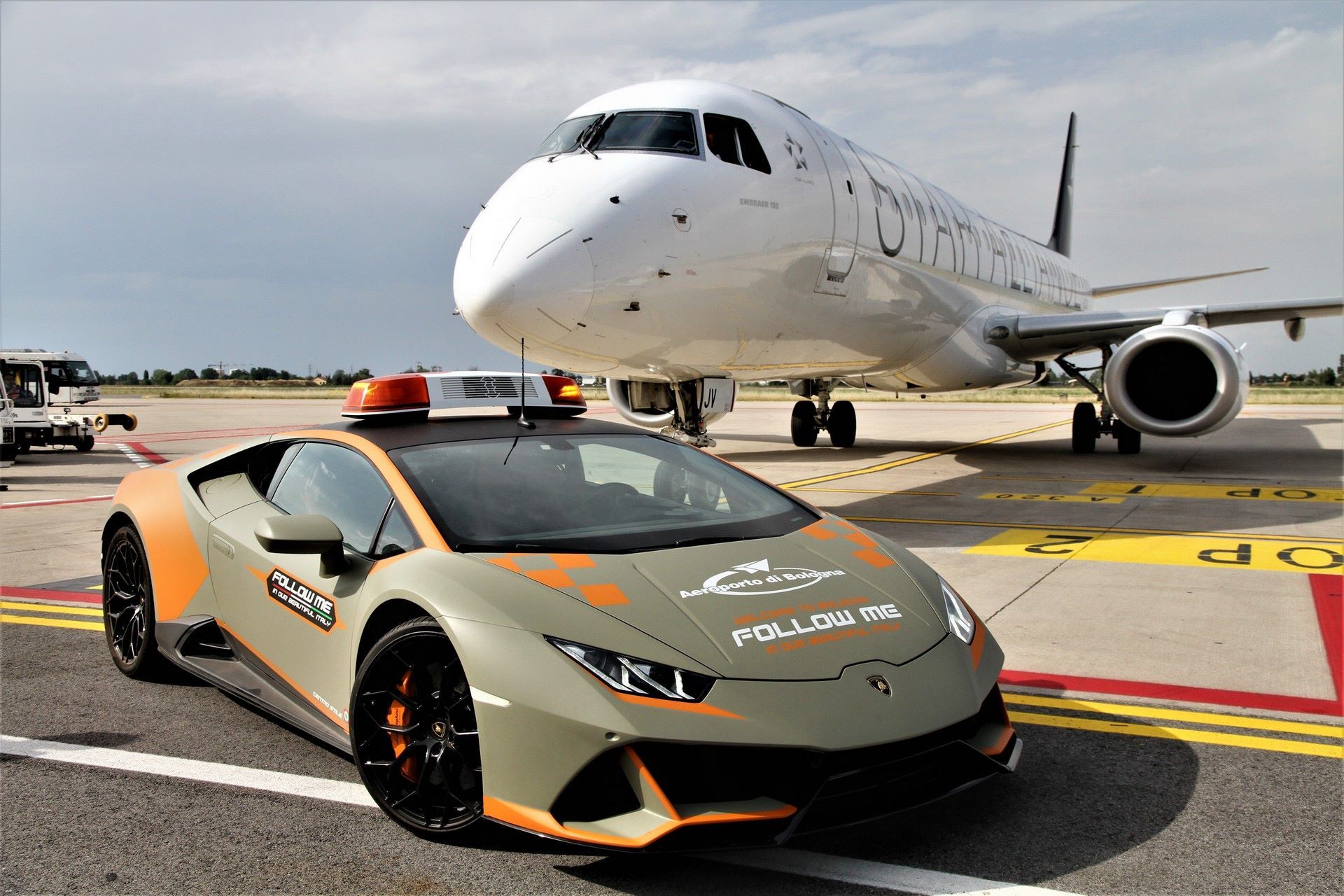 Lamborghini-Huracan-Evo-Follow-Me-bologna-airport-2021-13