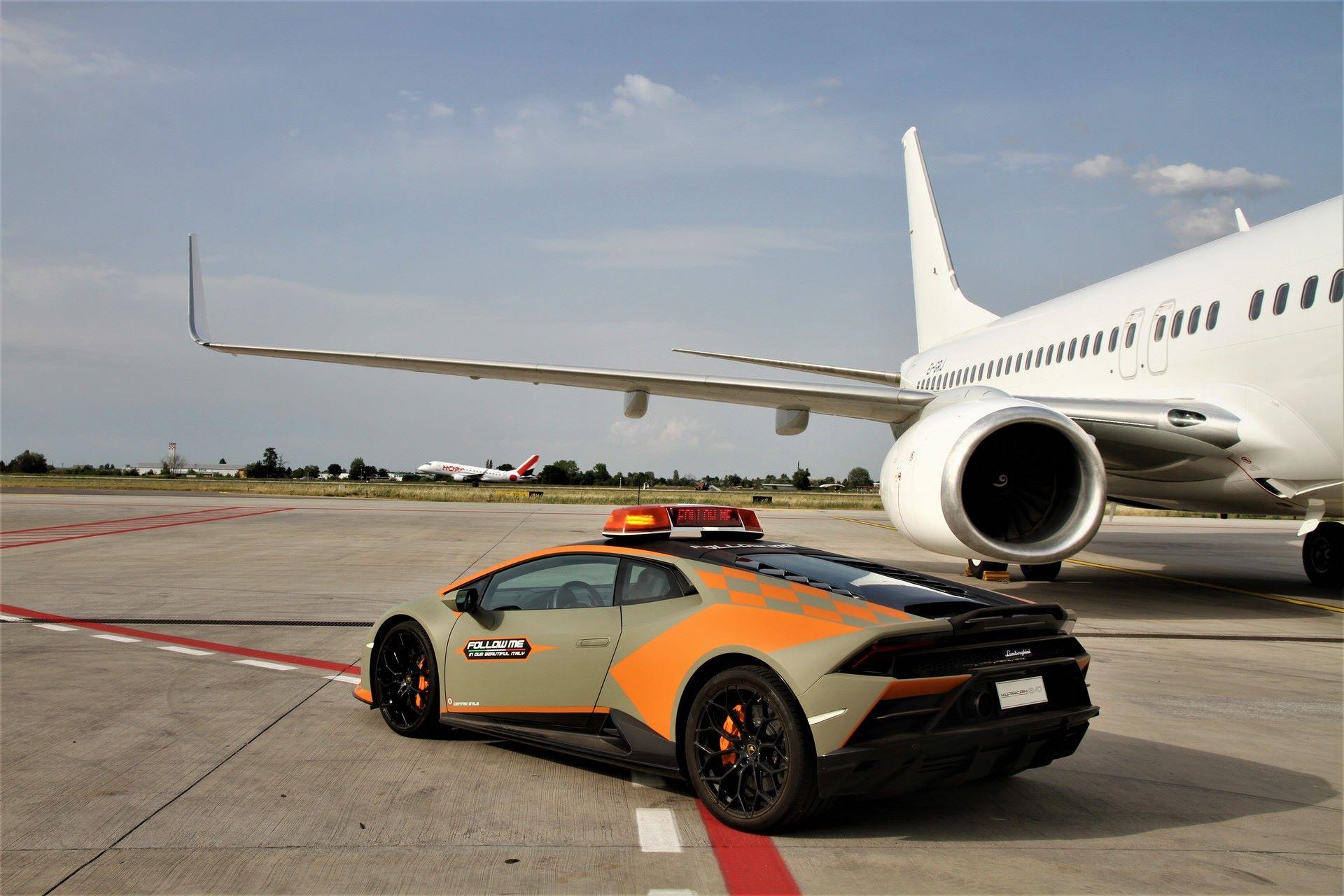 Lamborghini-Huracan-Evo-Follow-Me-bologna-airport-2021-14