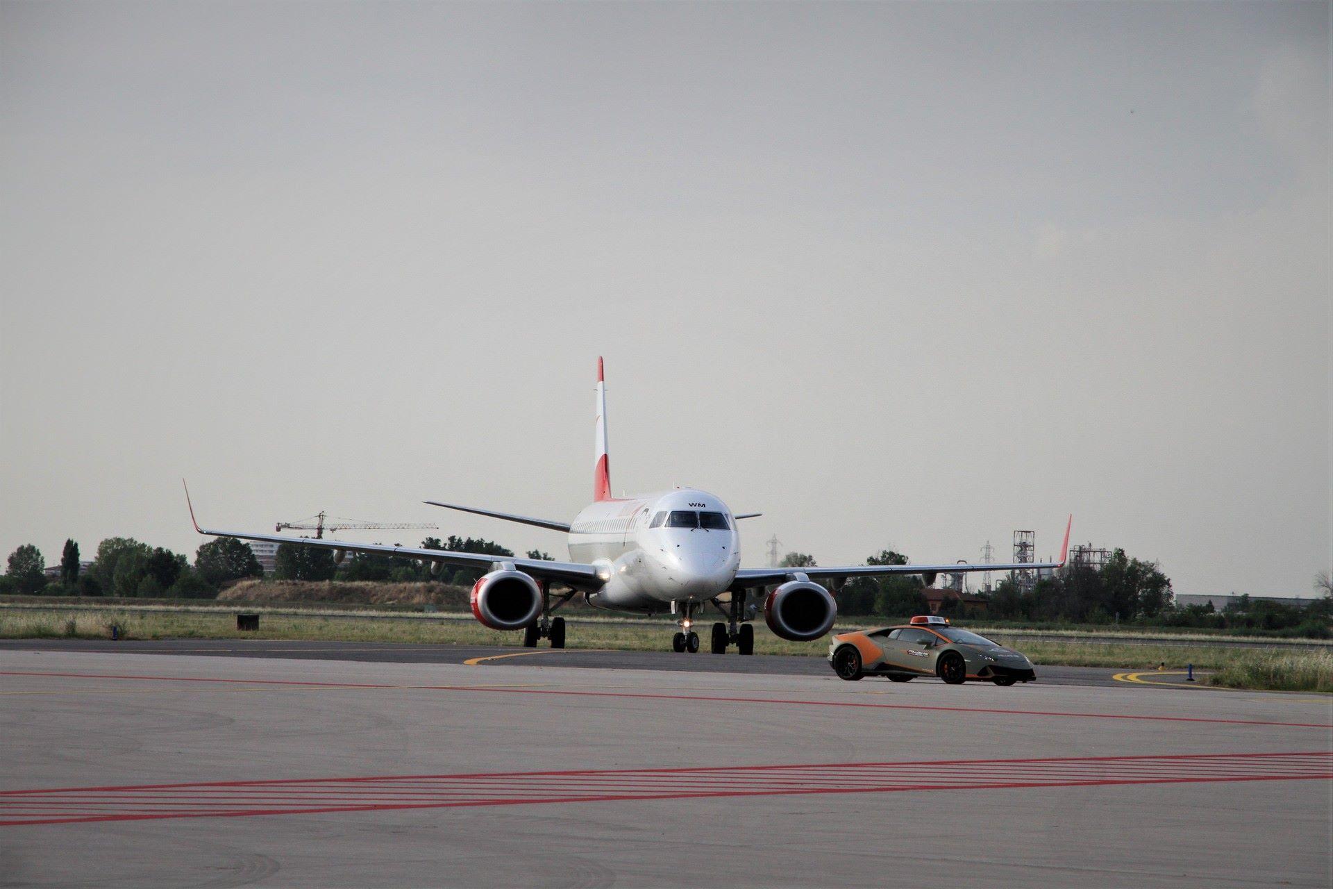 Lamborghini-Huracan-Evo-Follow-Me-bologna-airport-2021-3