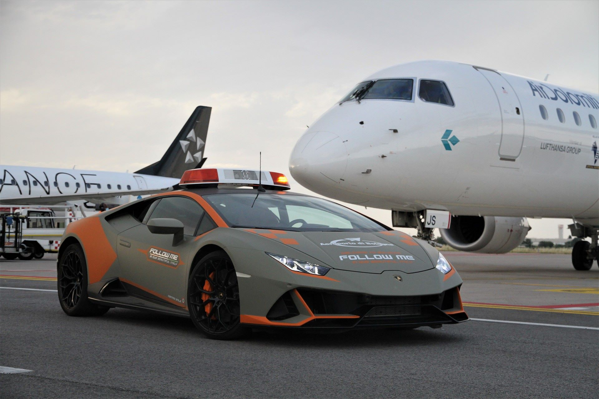 Lamborghini-Huracan-Evo-Follow-Me-bologna-airport-2021-4