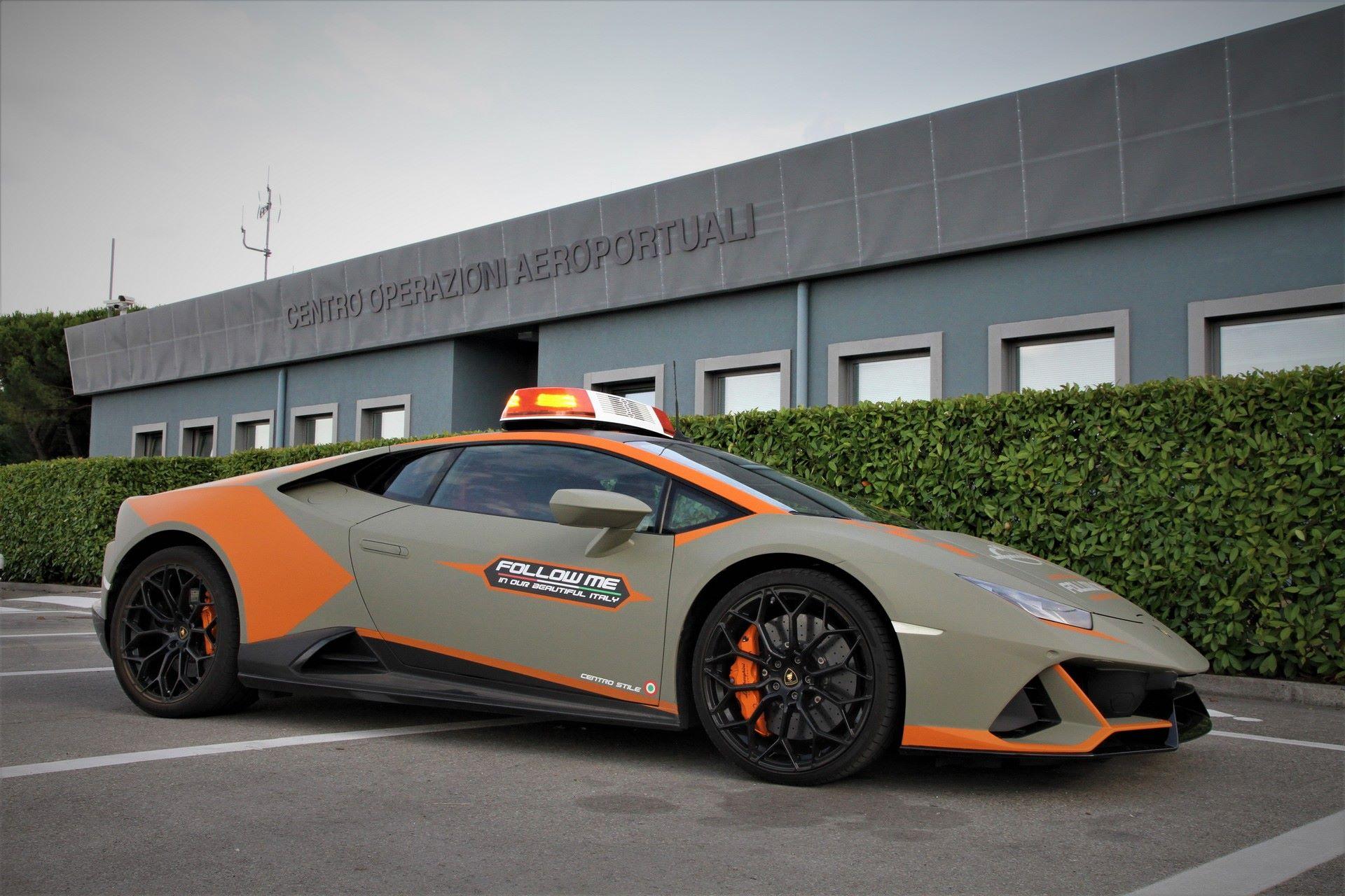 Lamborghini-Huracan-Evo-Follow-Me-bologna-airport-2021-5