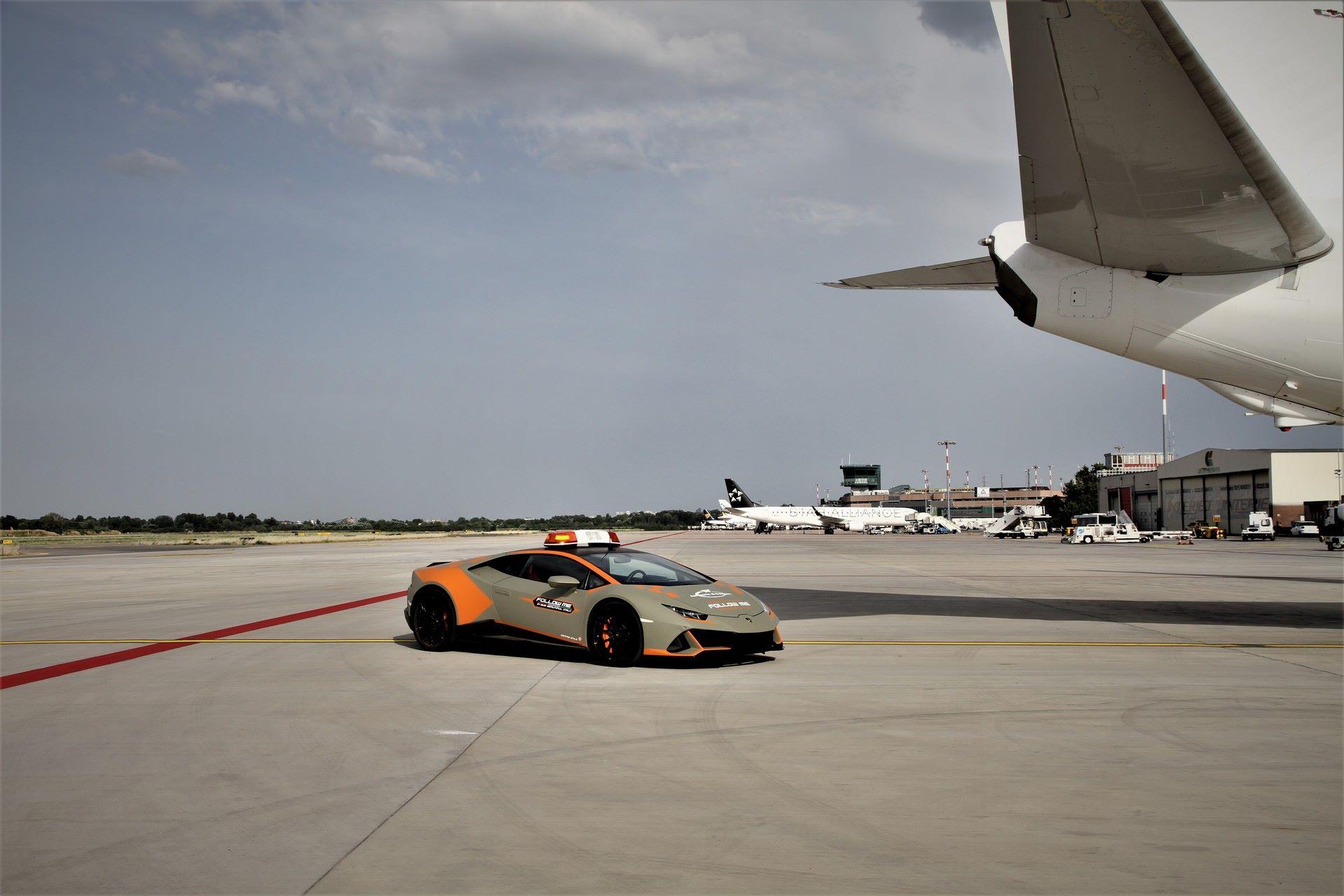 Lamborghini-Huracan-Evo-Follow-Me-bologna-airport-2021-7