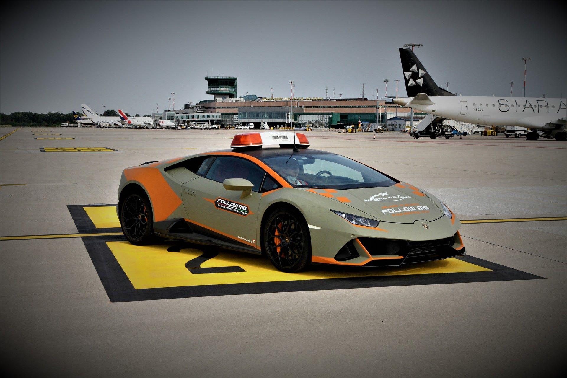 Lamborghini-Huracan-Evo-Follow-Me-bologna-airport-2021-8