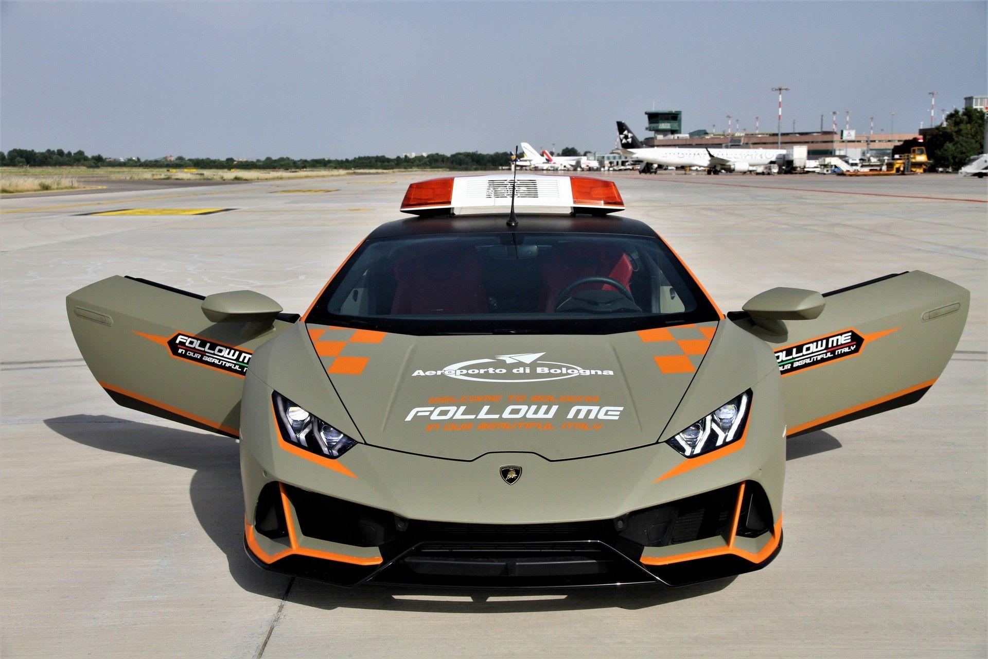 Lamborghini-Huracan-Evo-Follow-Me-bologna-airport-2021-9