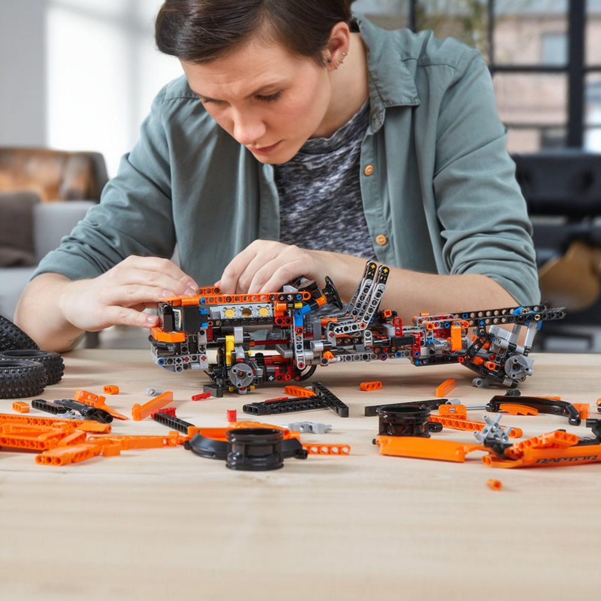 Lego-Technic-Ford-F-150-Raptor-8