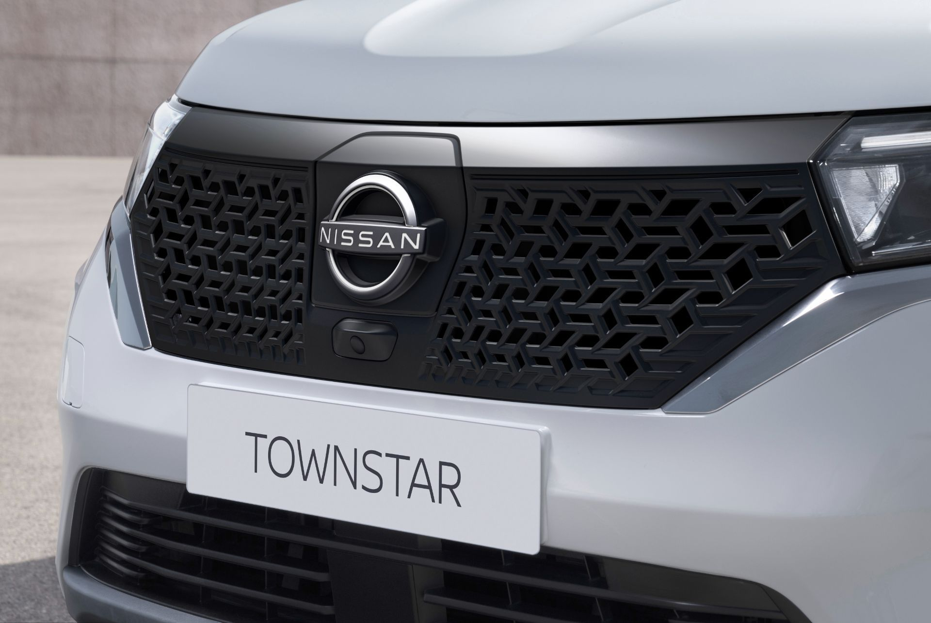 2022-Nissan-Townstar-EV-van-dynamic-13