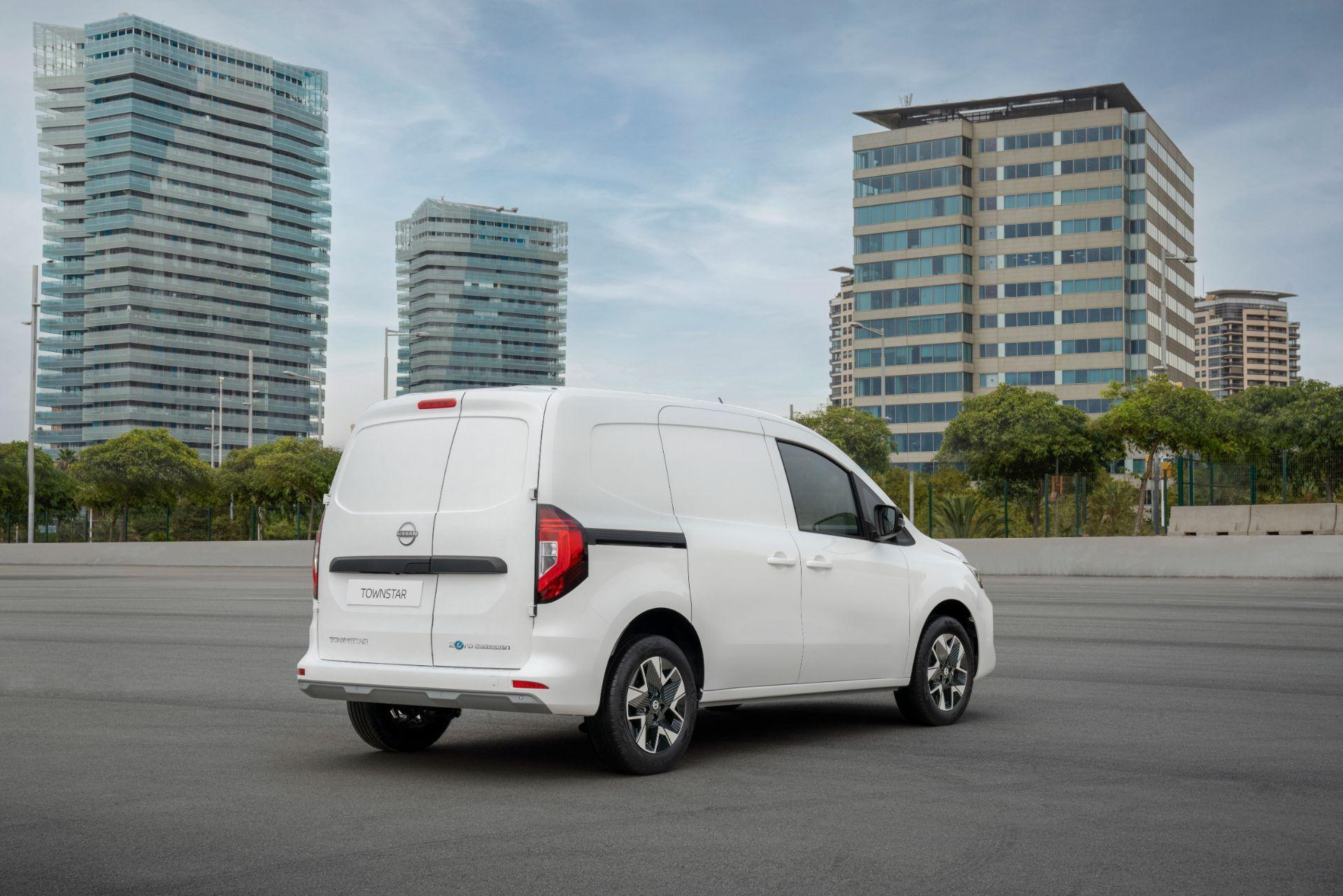 2022-Nissan-Townstar-EV-van-dynamic-8