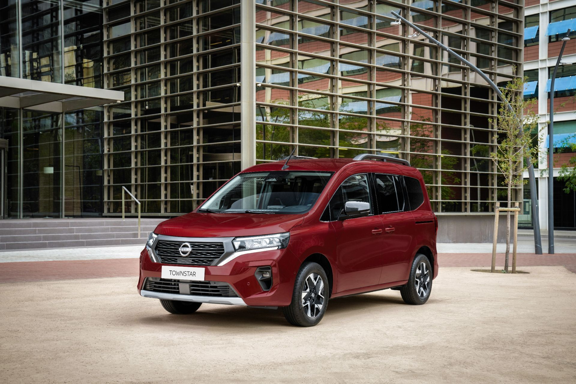 2022-Nissan-Townstar-petrol-combi-dynamic-2