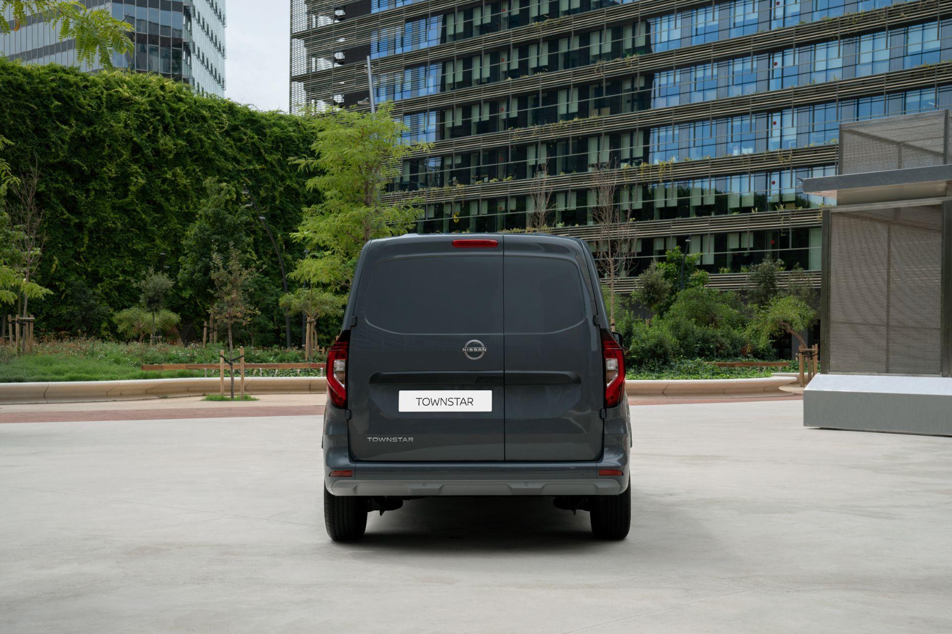 2022-Nissan-Townstar-petrol-van-dynamic-11