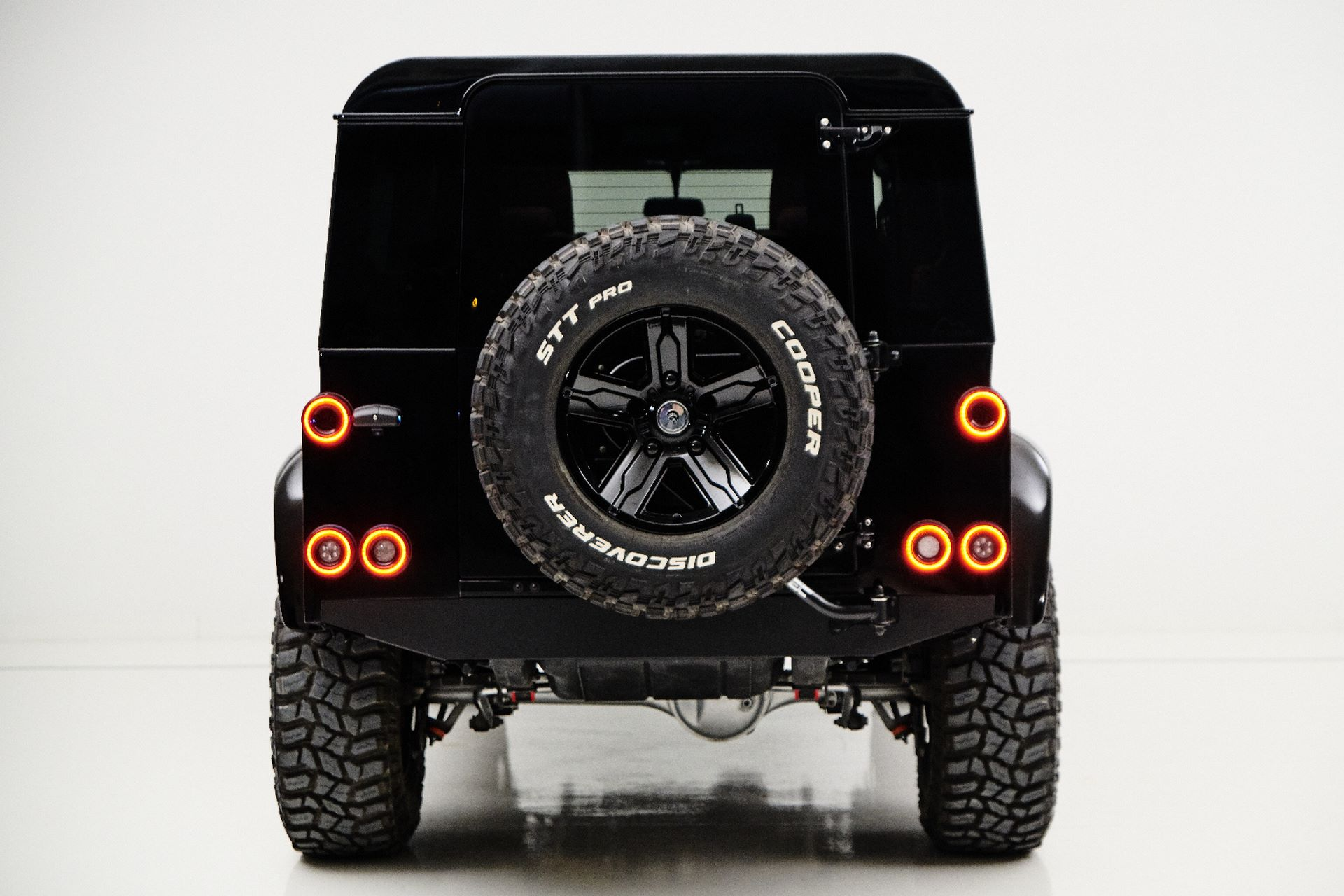 Porsche-911-964-Turbo-and-Land-Rover-Defender-by-Ares-Design-10