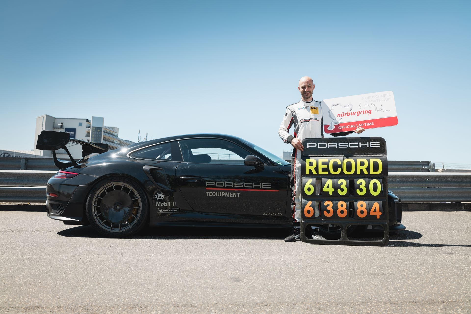 Porsche-911-GT2-RS-Manthey-Performance-Kit-Nurburgring-Record-10