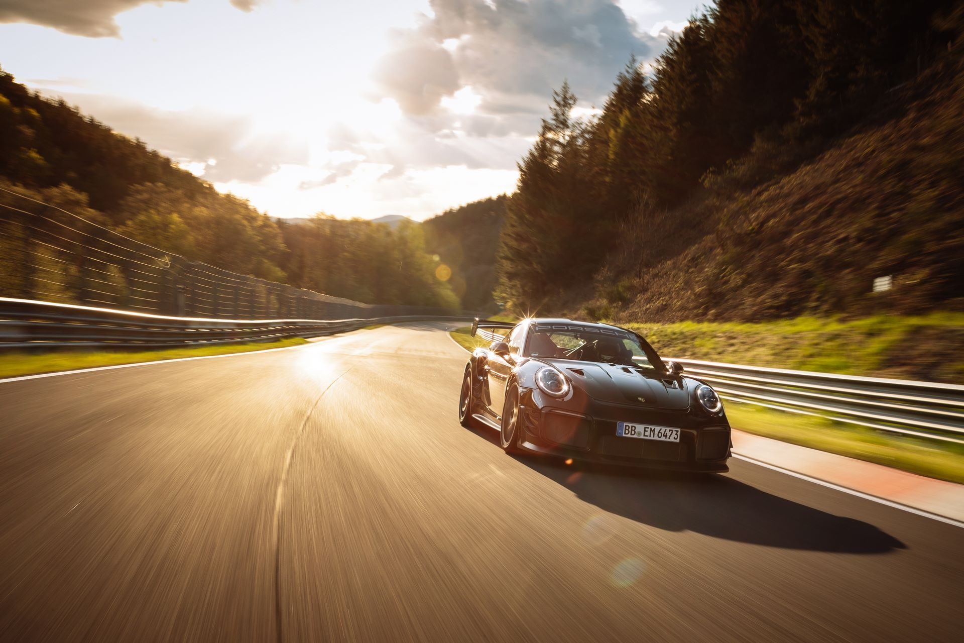 Porsche-911-GT2-RS-Manthey-Performance-Kit-Nurburgring-Record-3