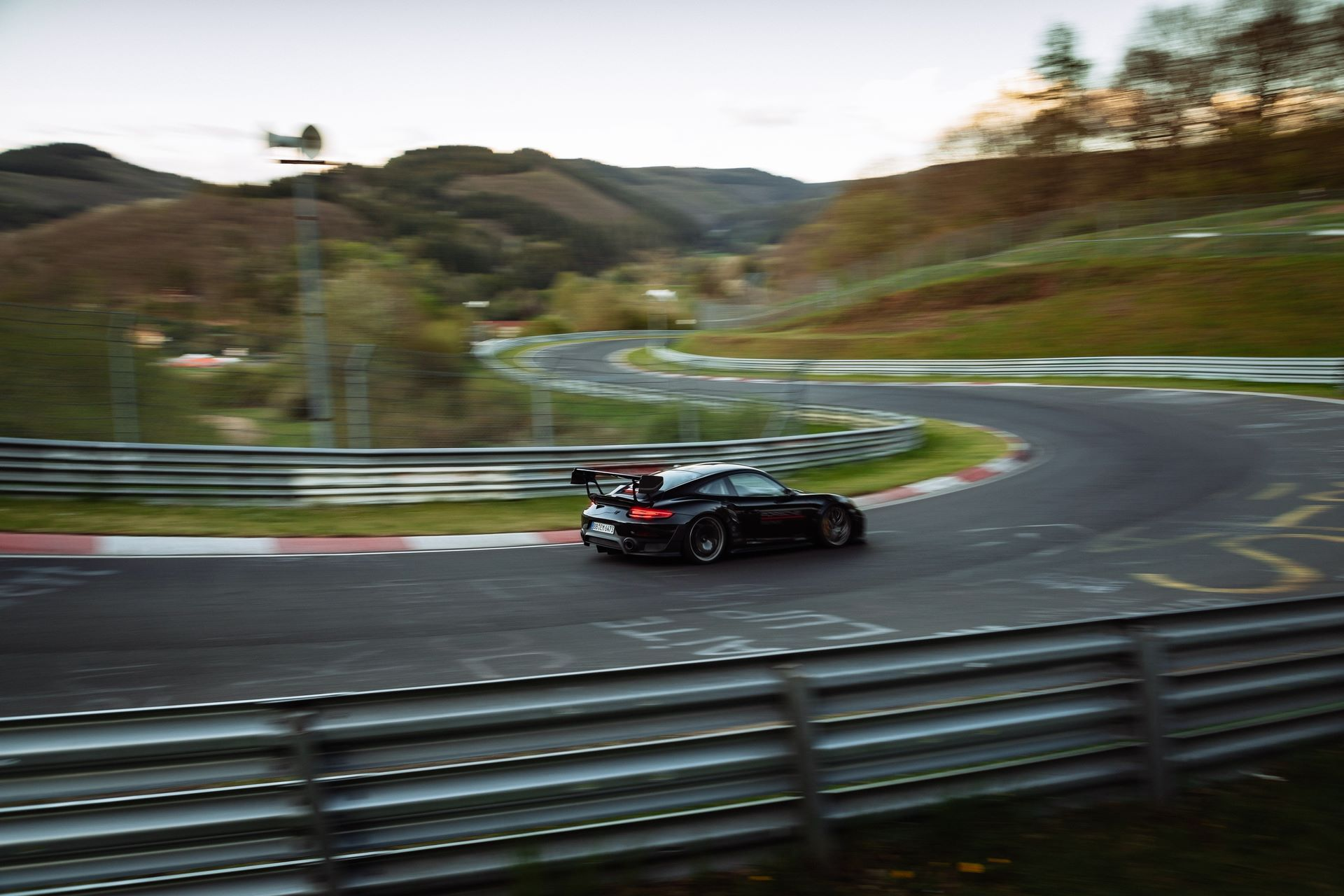 Porsche-911-GT2-RS-Manthey-Performance-Kit-Nurburgring-Record-4